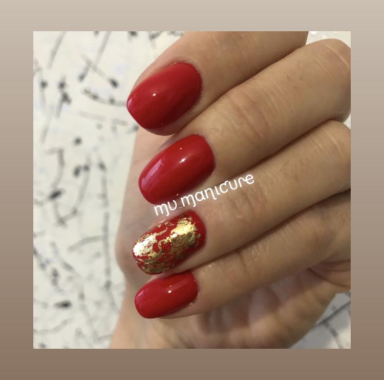Маникюр с золотой фольгой в красном цвете.