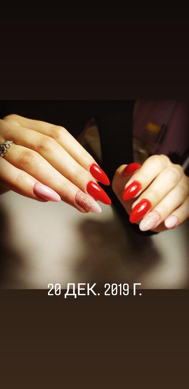 Маникюр с песочным дизайном в красном цвете.