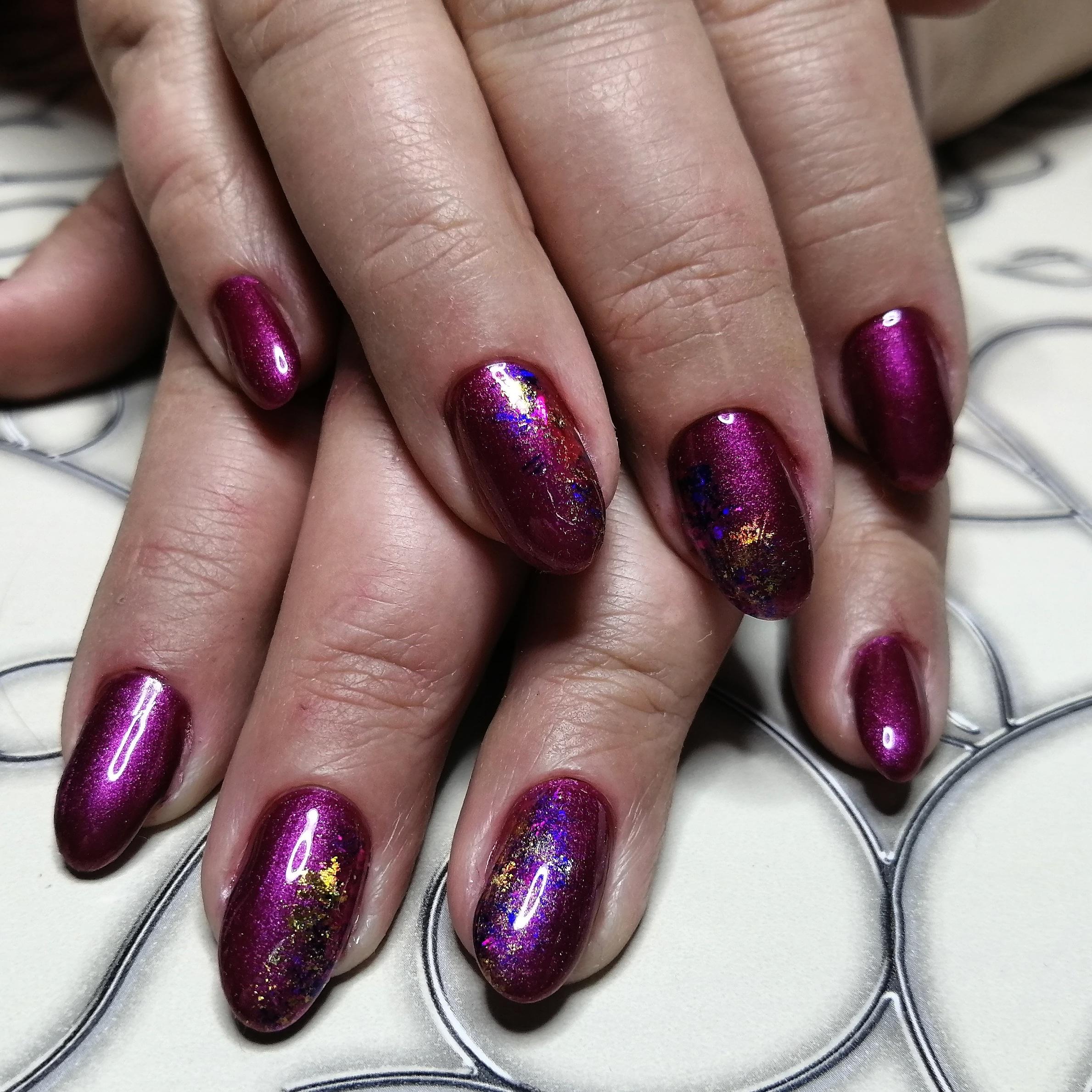 Маникюр в фиолетовым цвете в блёстками .