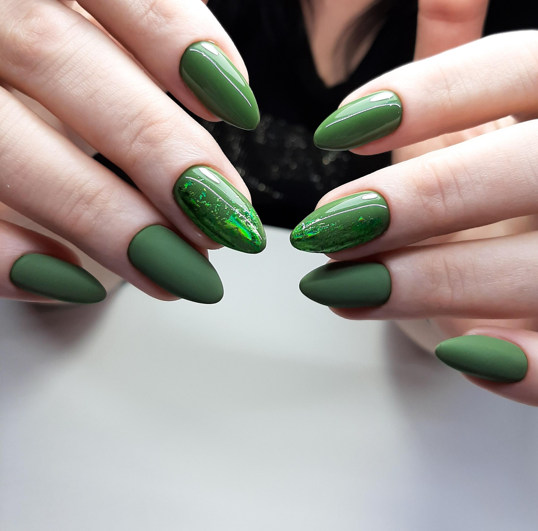 Маникюр с цветной фольгой в зеленом цвете.