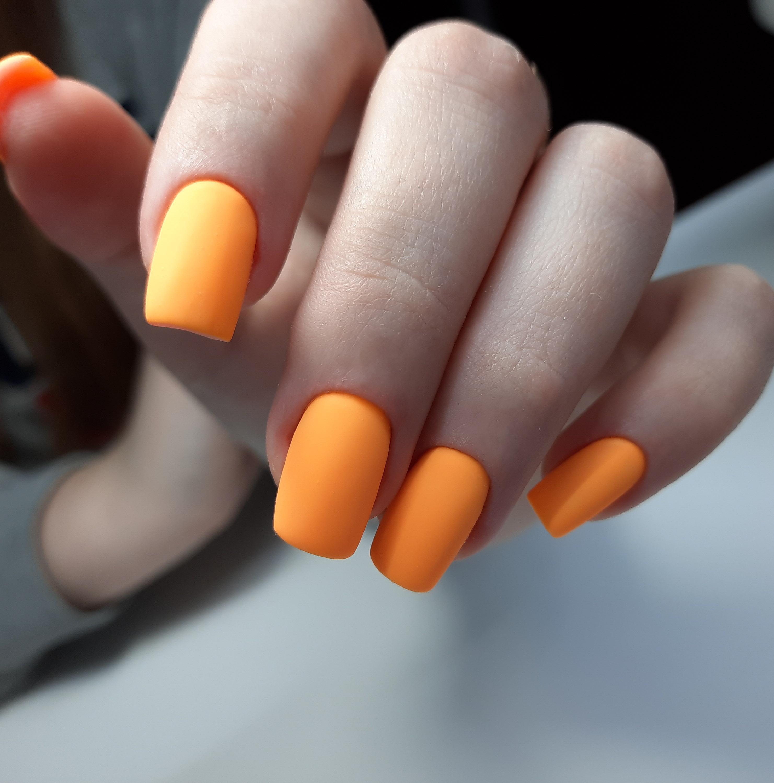 Матовый маникюр в оранжевом цвете.