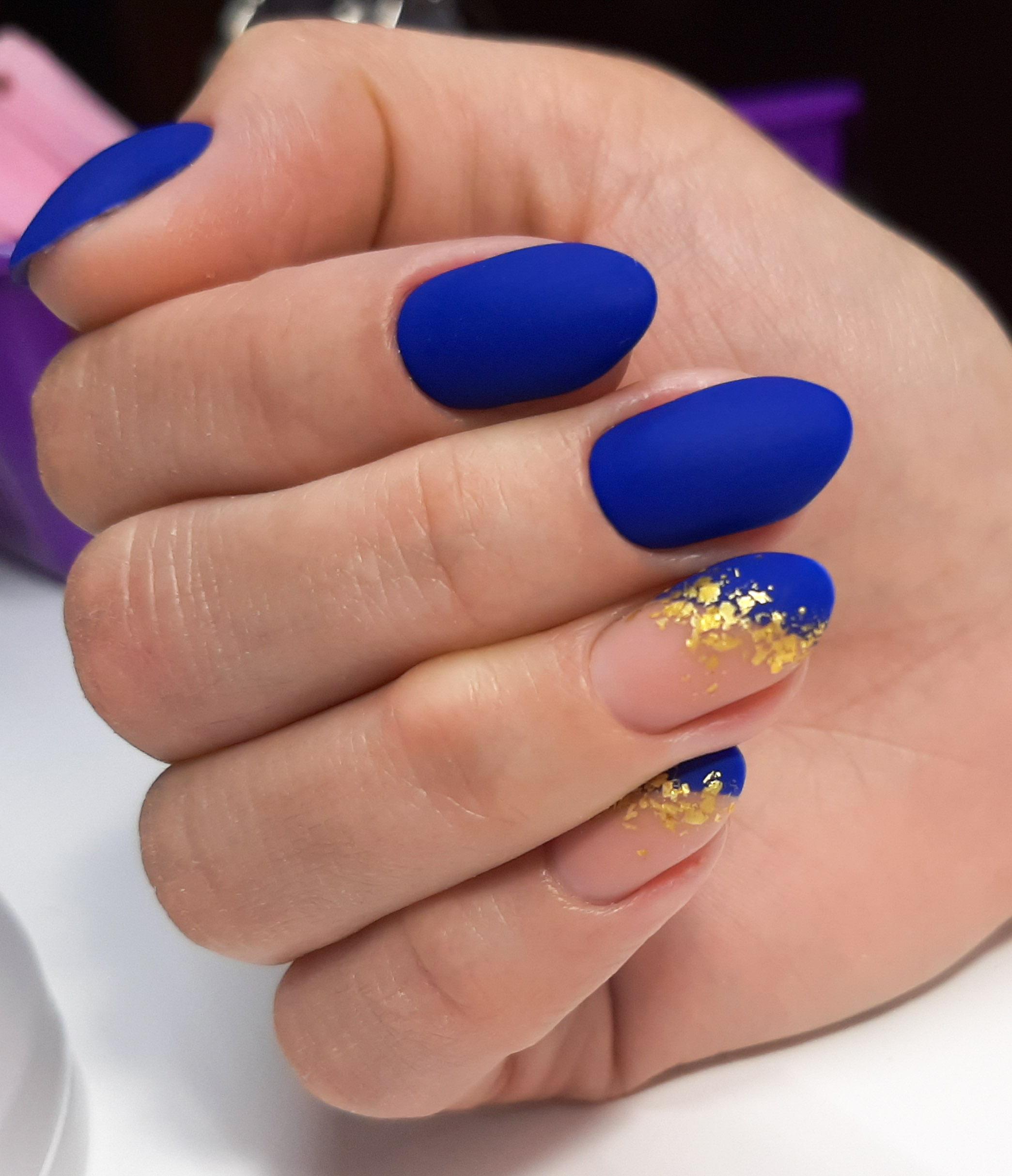 Матовый маникюр с золотой фольгой в синем цвете.
