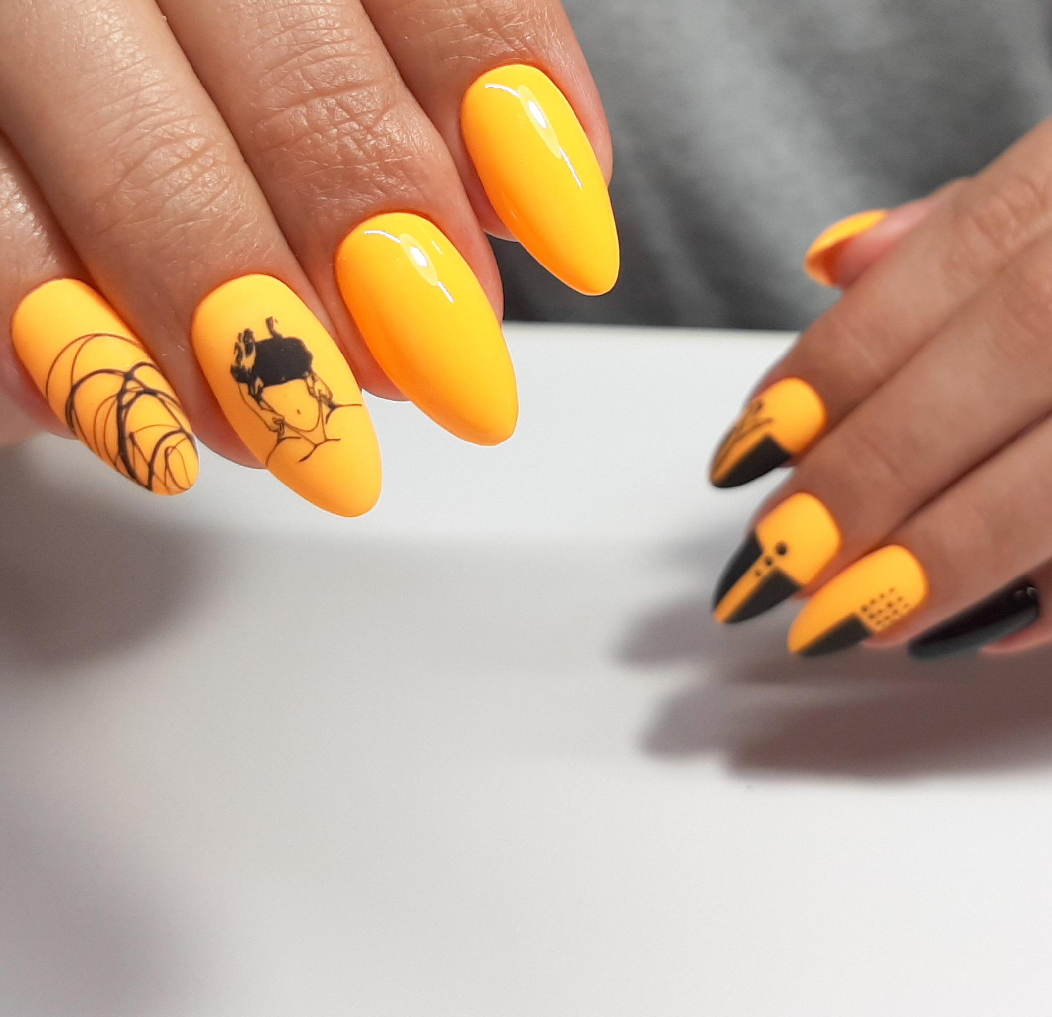 Геометрический маникюр со слайдерами и паутинкой в оранжевом цвете.