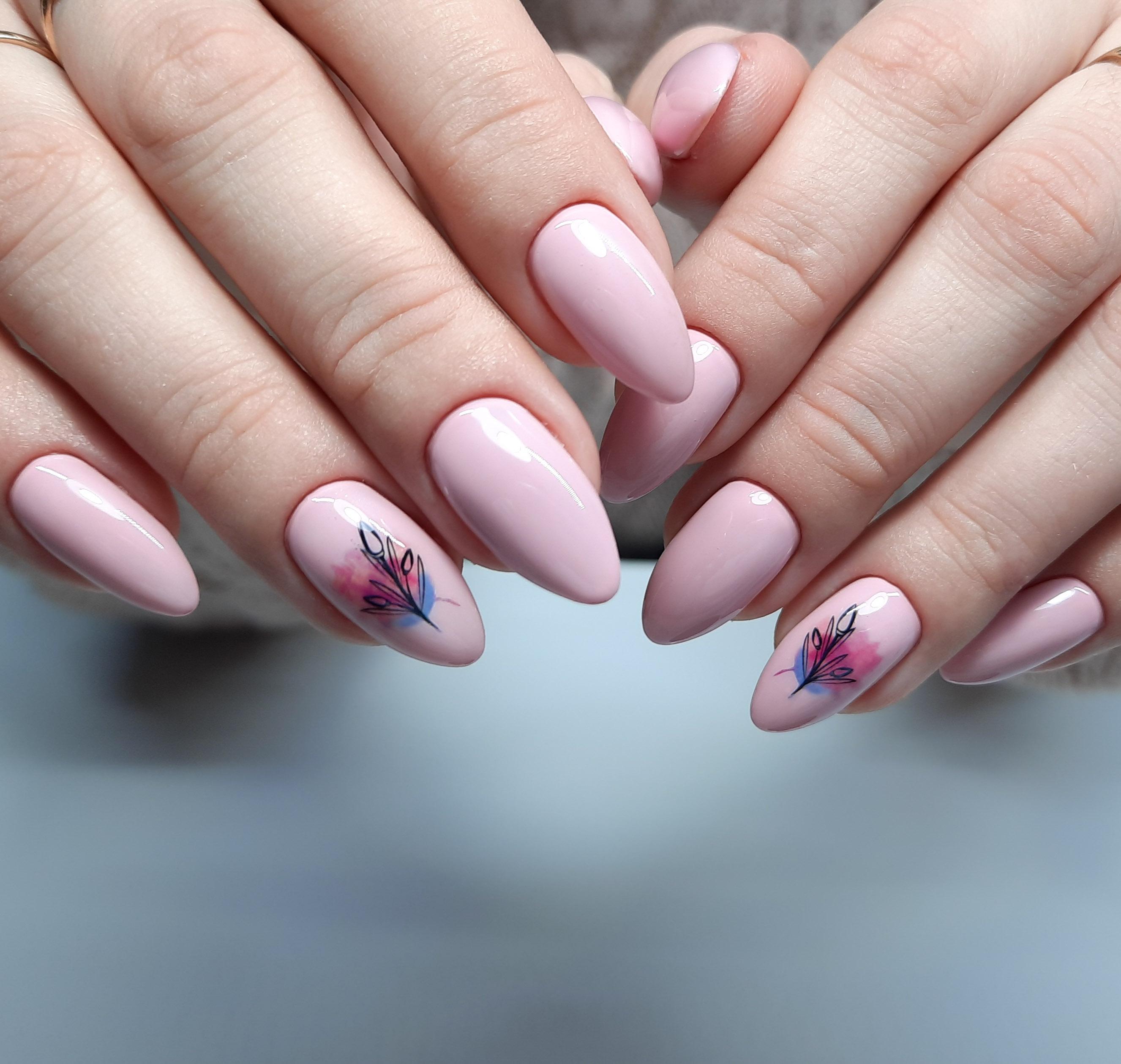 Маникюр с растительным слайдером в розовом цвете.