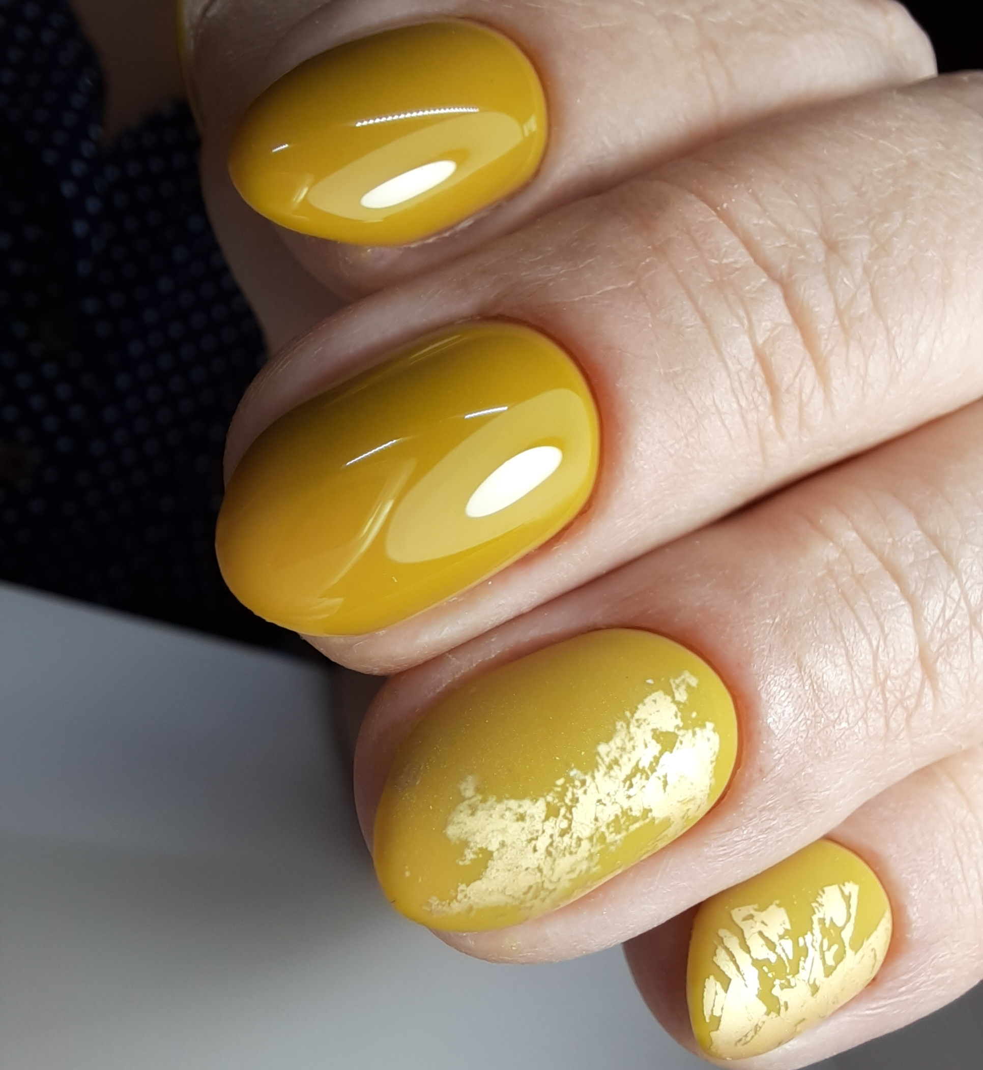 Маникюр с фольгой в желтом цвете.
