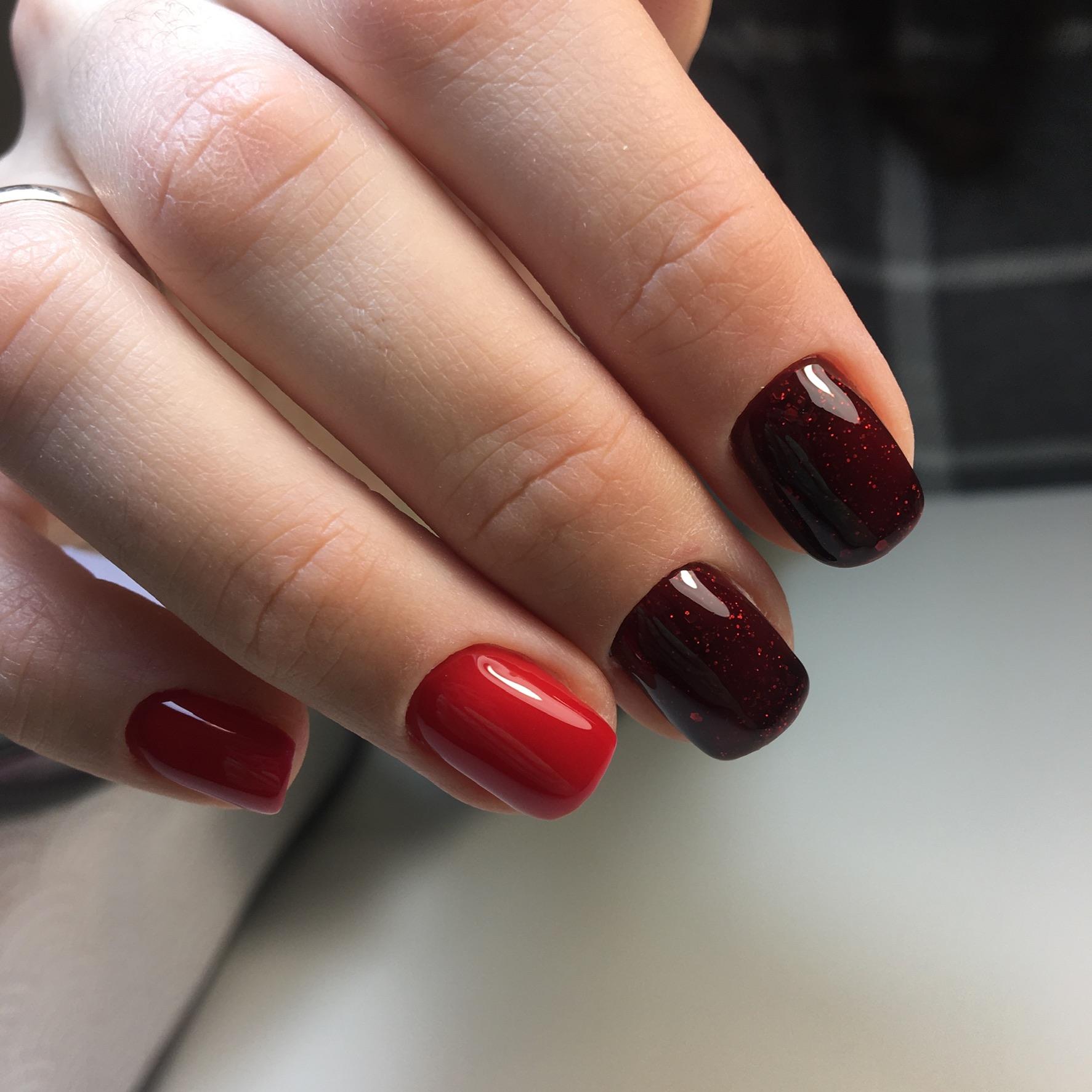 Маникюр с красным дизайном и блестками в темно-красном цвете.