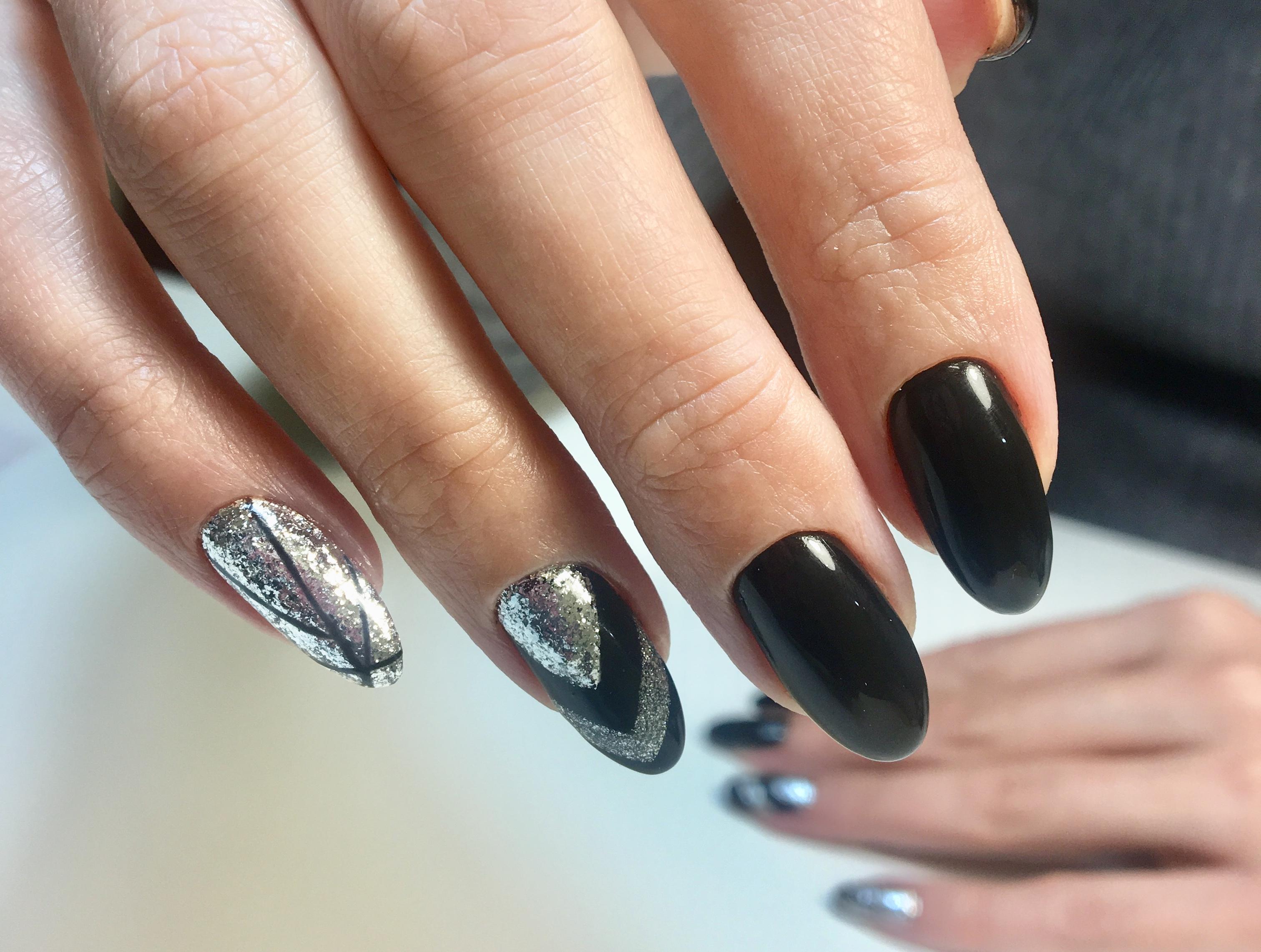 Геометрический маникюр с серебряными блестками в черном цвете.