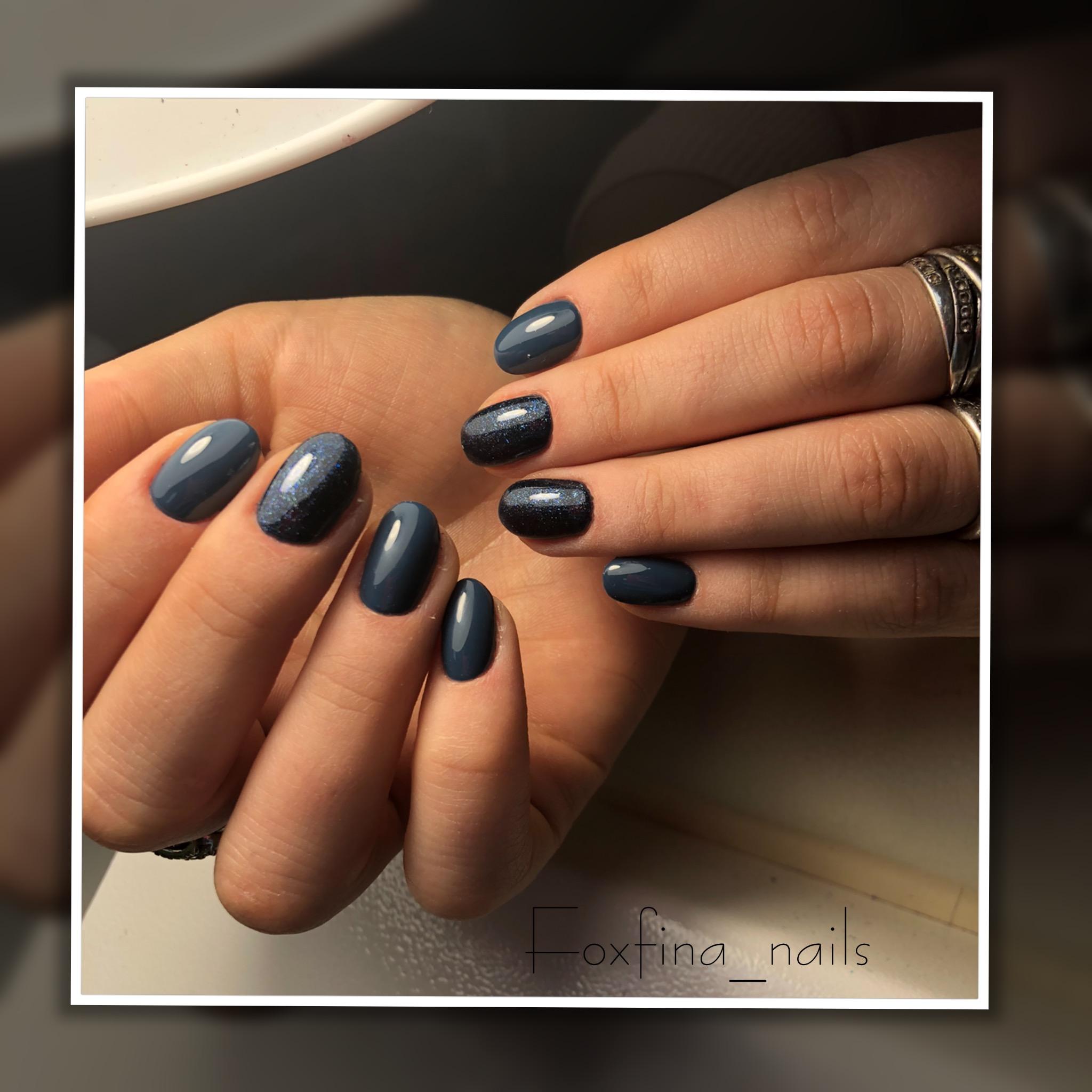 Маникюр с блестками в темно-синем цвете.