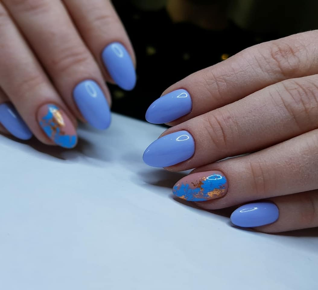 Маникюр с цветной фольгой в голубом цвете.