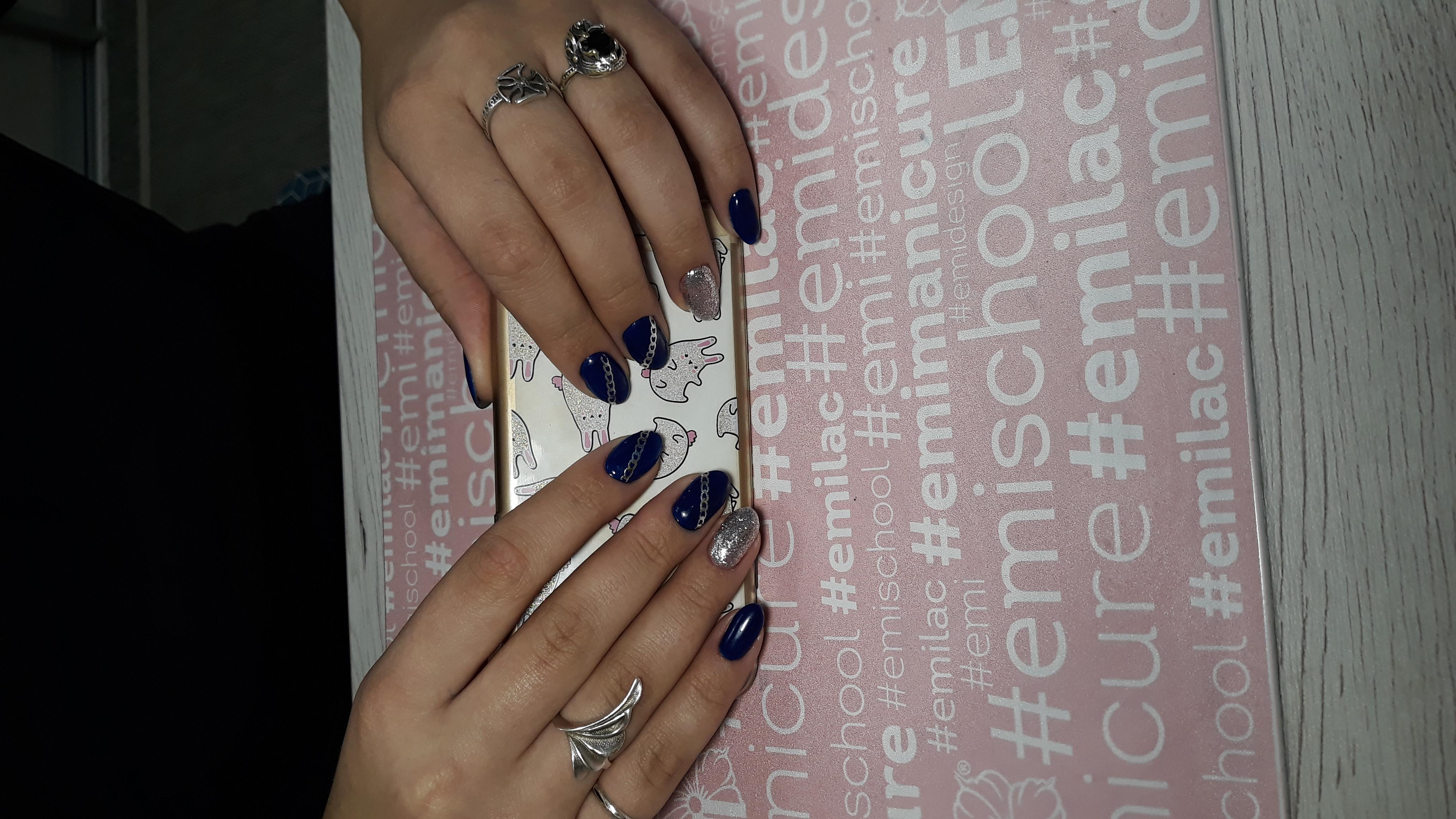 Маникюр в тёмно-синем цвете со слайдерами и серебряными блёстками.