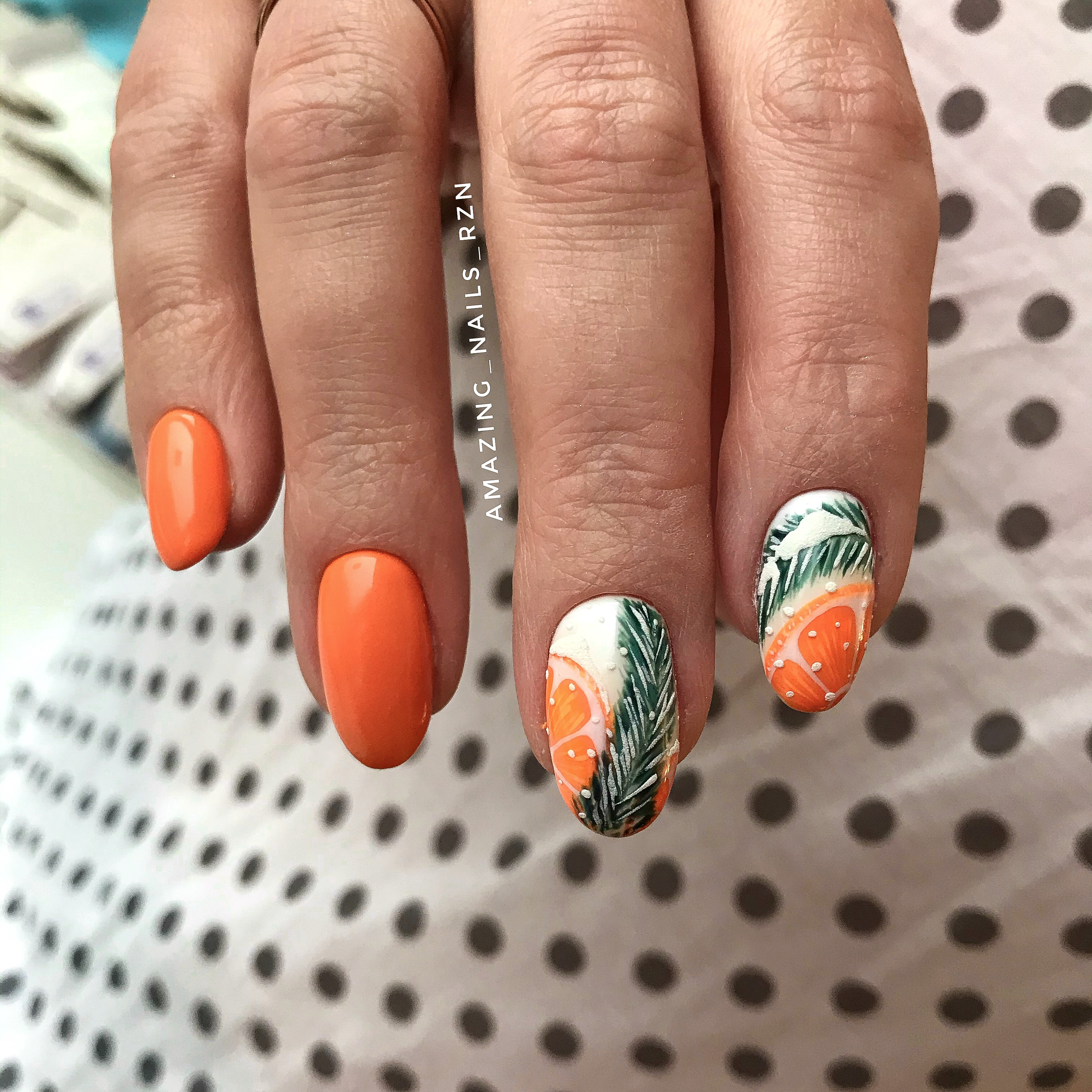 """Маникюр в оранжевом цвете с рисунком """"зимний натюрморт""""."""