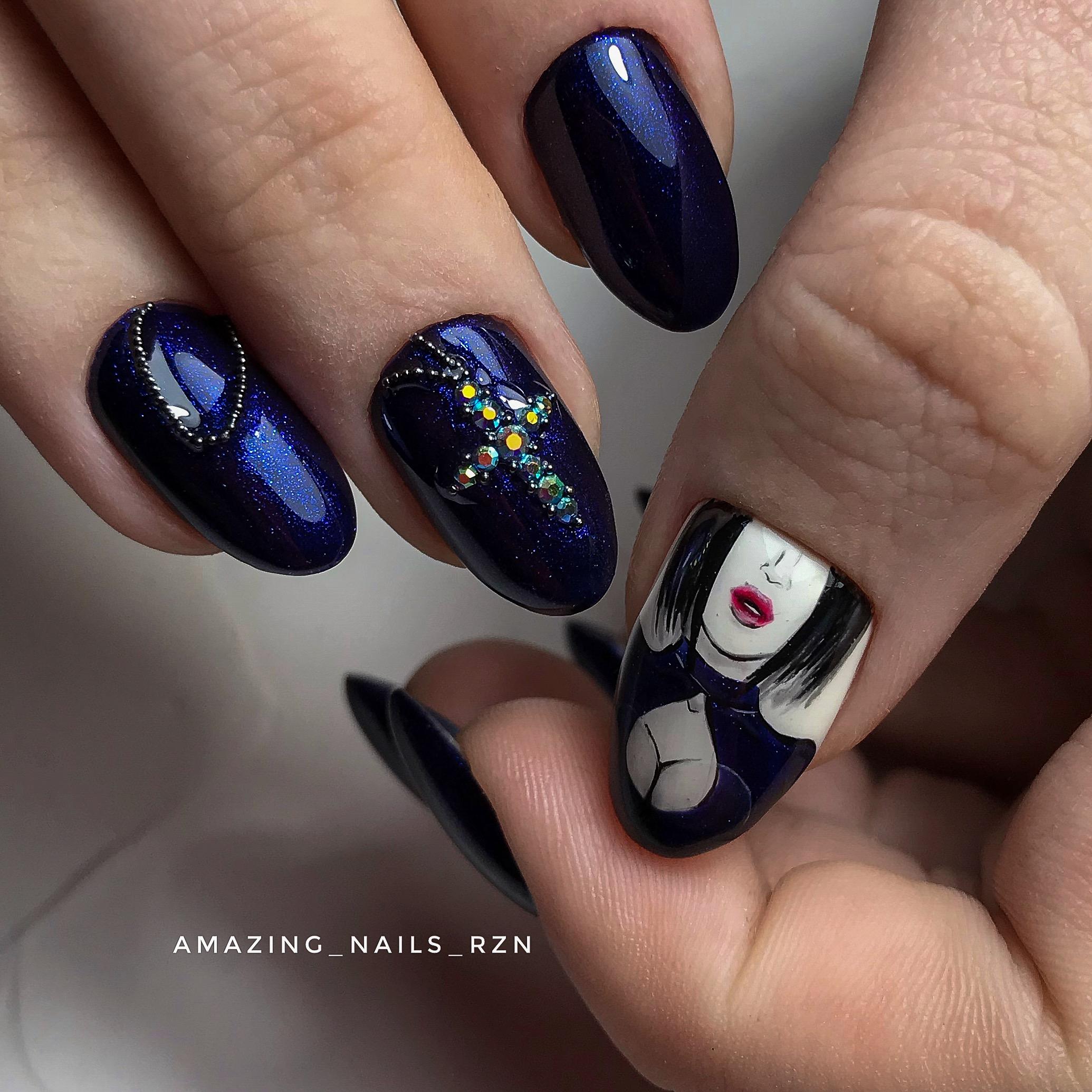 Маникюр в тёмно-синем цвете со стразами и рисунком.