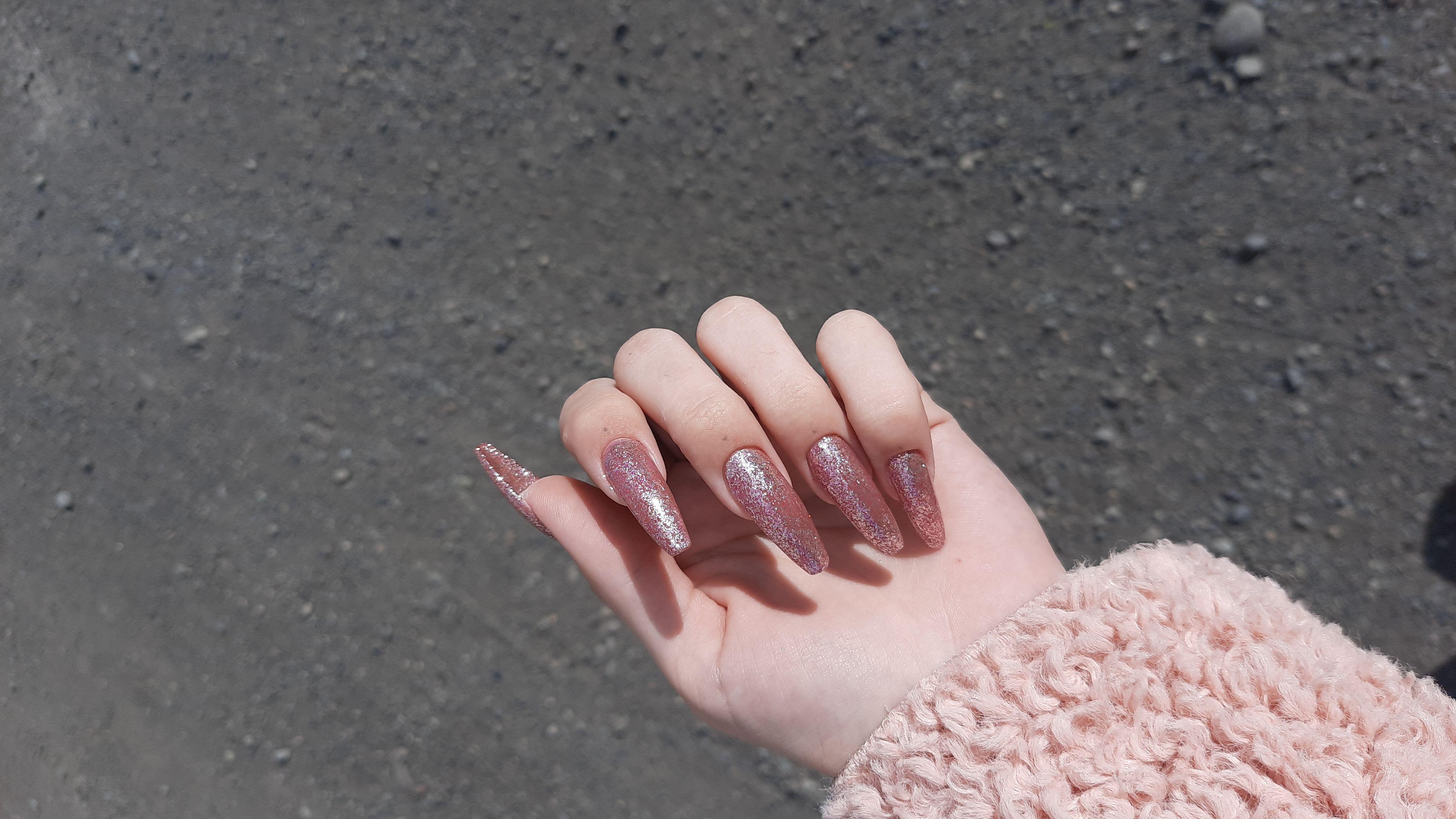 Маникюр с блестками в коричневом цвете на длинные ногти.