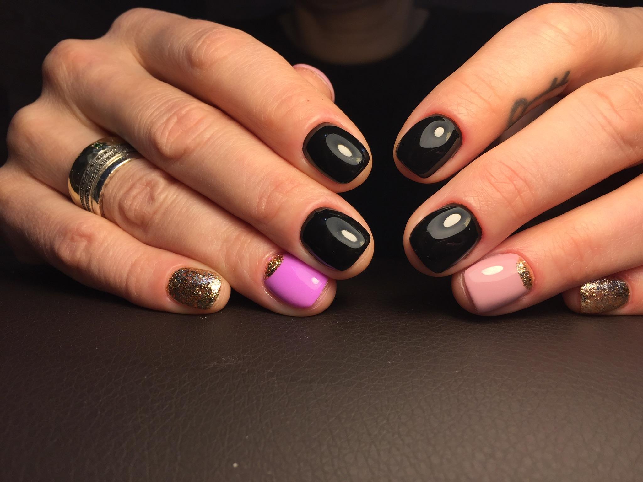 Маникюр с лунным дизайном и золотыми блестками в черном цвете на короткие ногти.