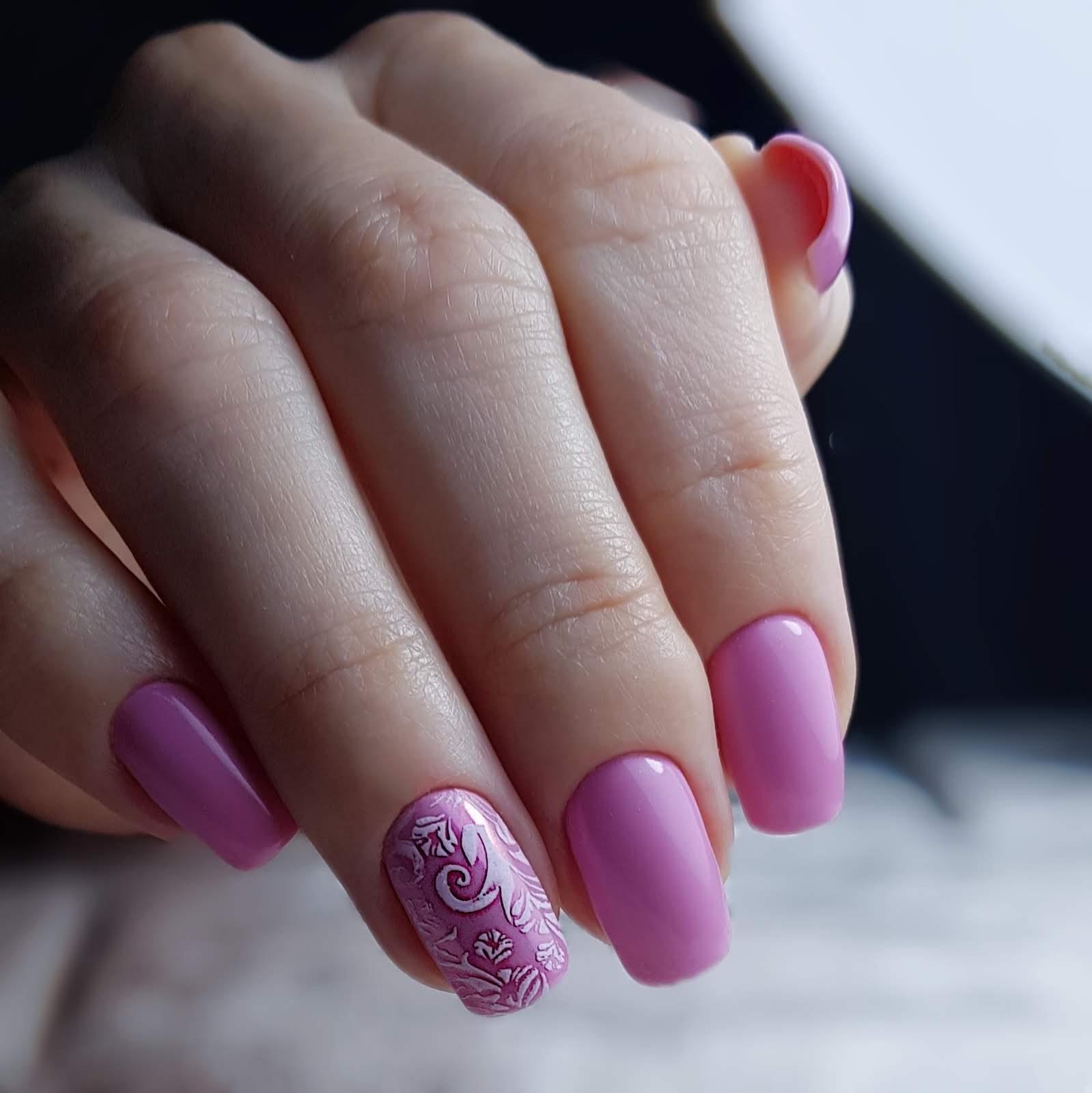 Маникюр с вензелями в розовом цвете.
