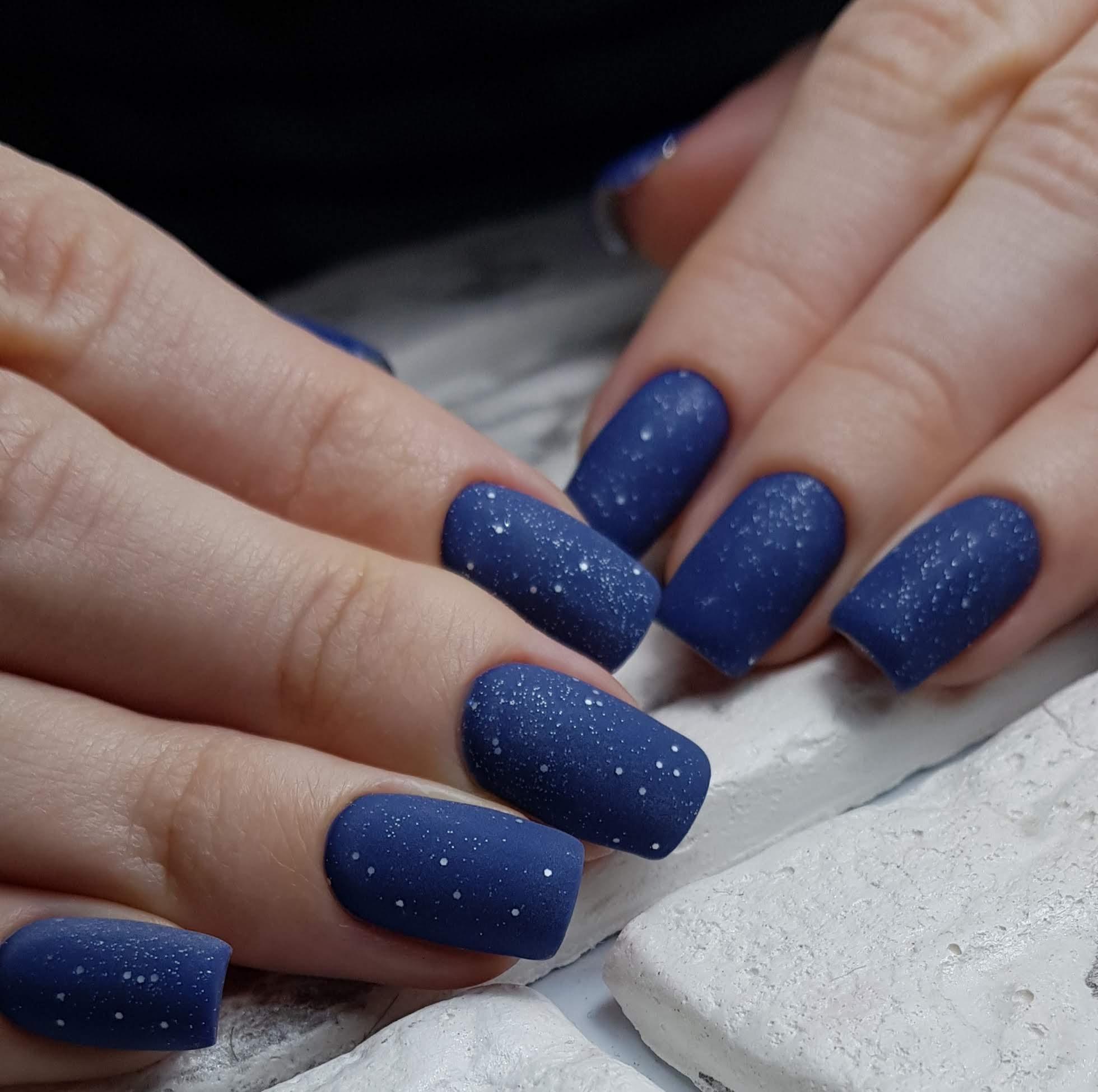Матовый маникюр с блестками в темно-синем цвете.
