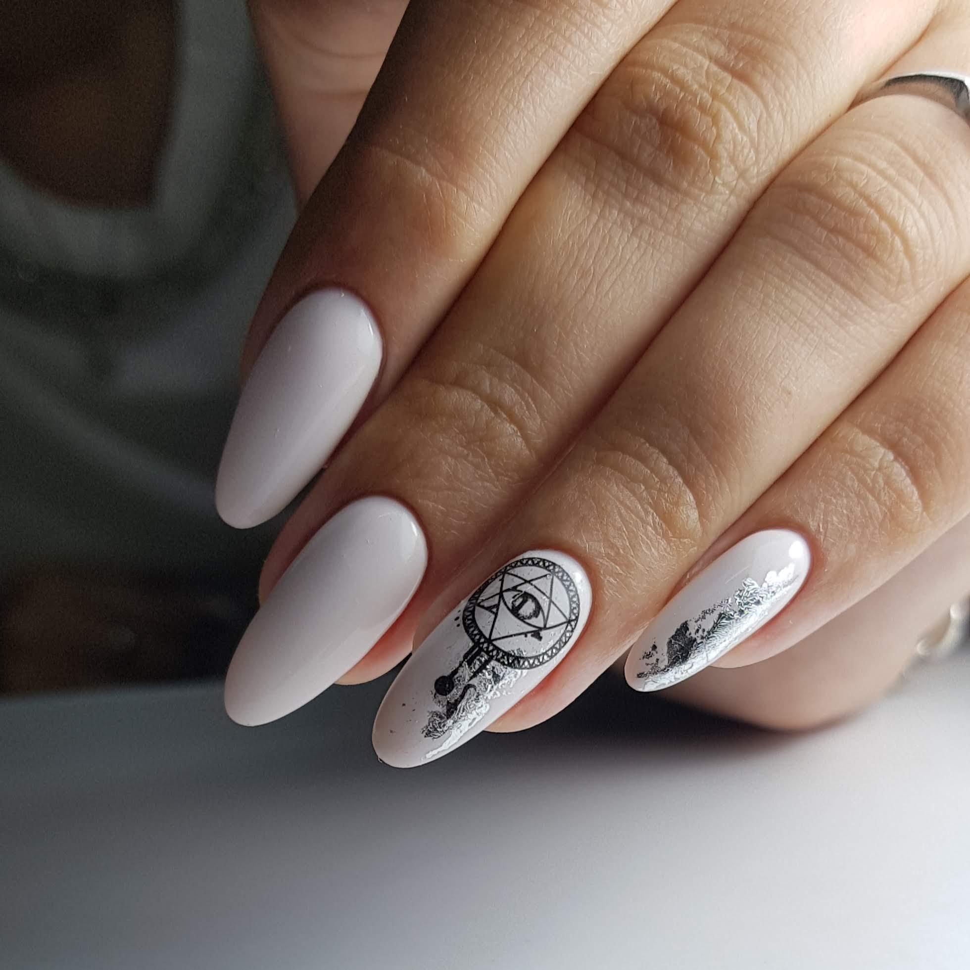 Маникюр с этническим слайдером и серебряной фольгой в белом цвете.