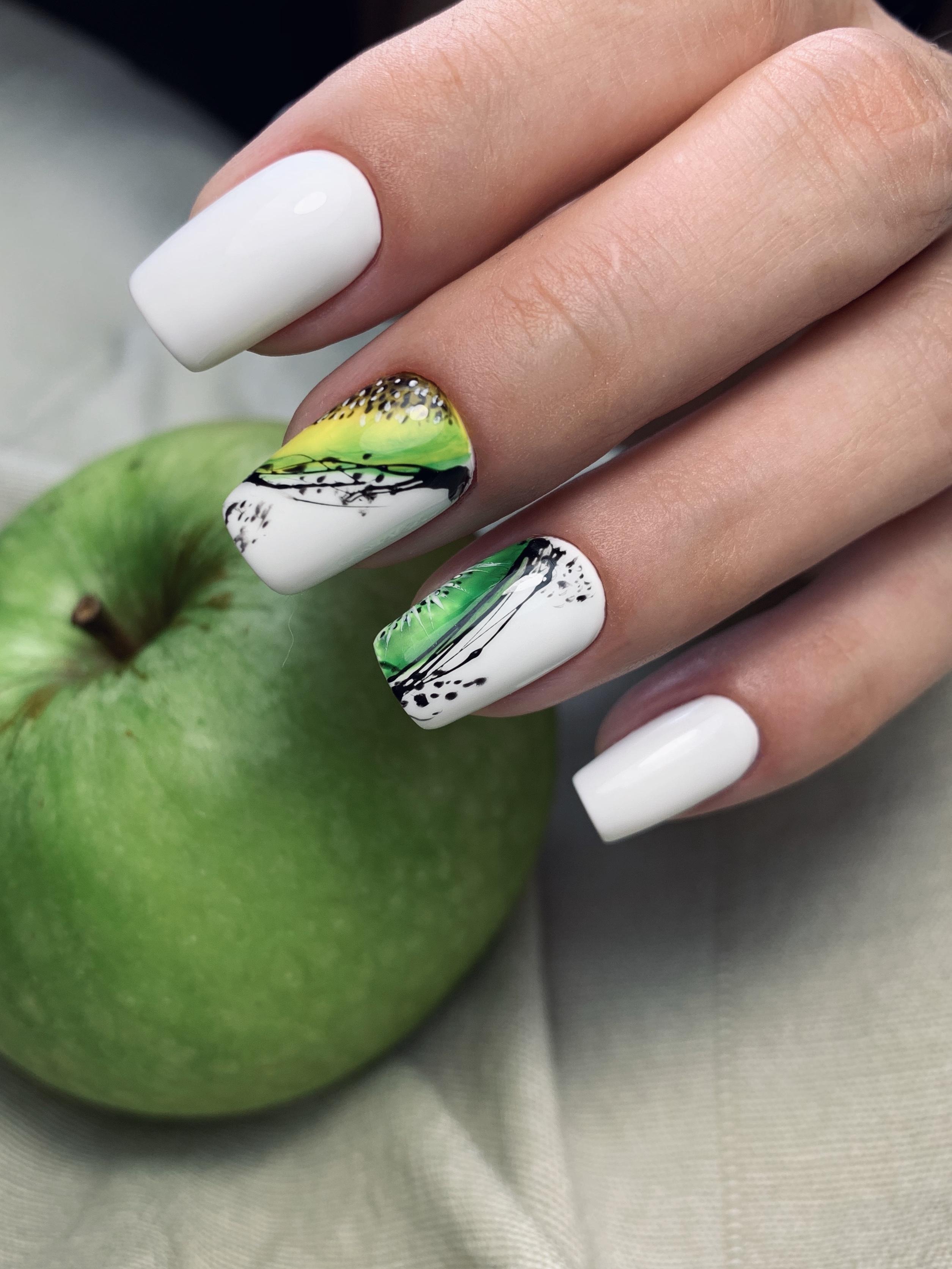 Маникюр с фруктовым рисунком и паутинкой в белом цвете на короткие ногти.