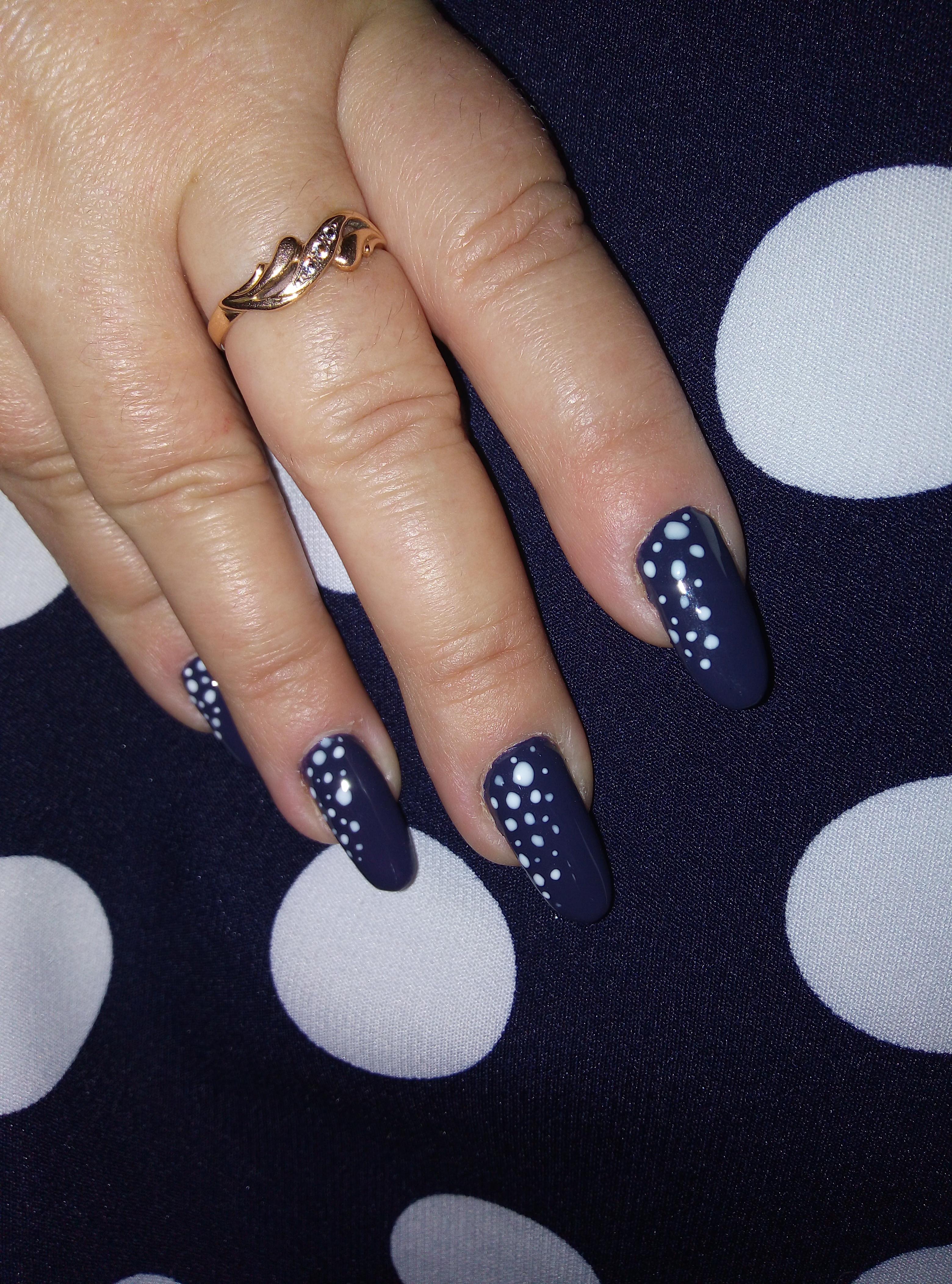 Маникюр в горошек в темно-синем цвете на длинные ногти.