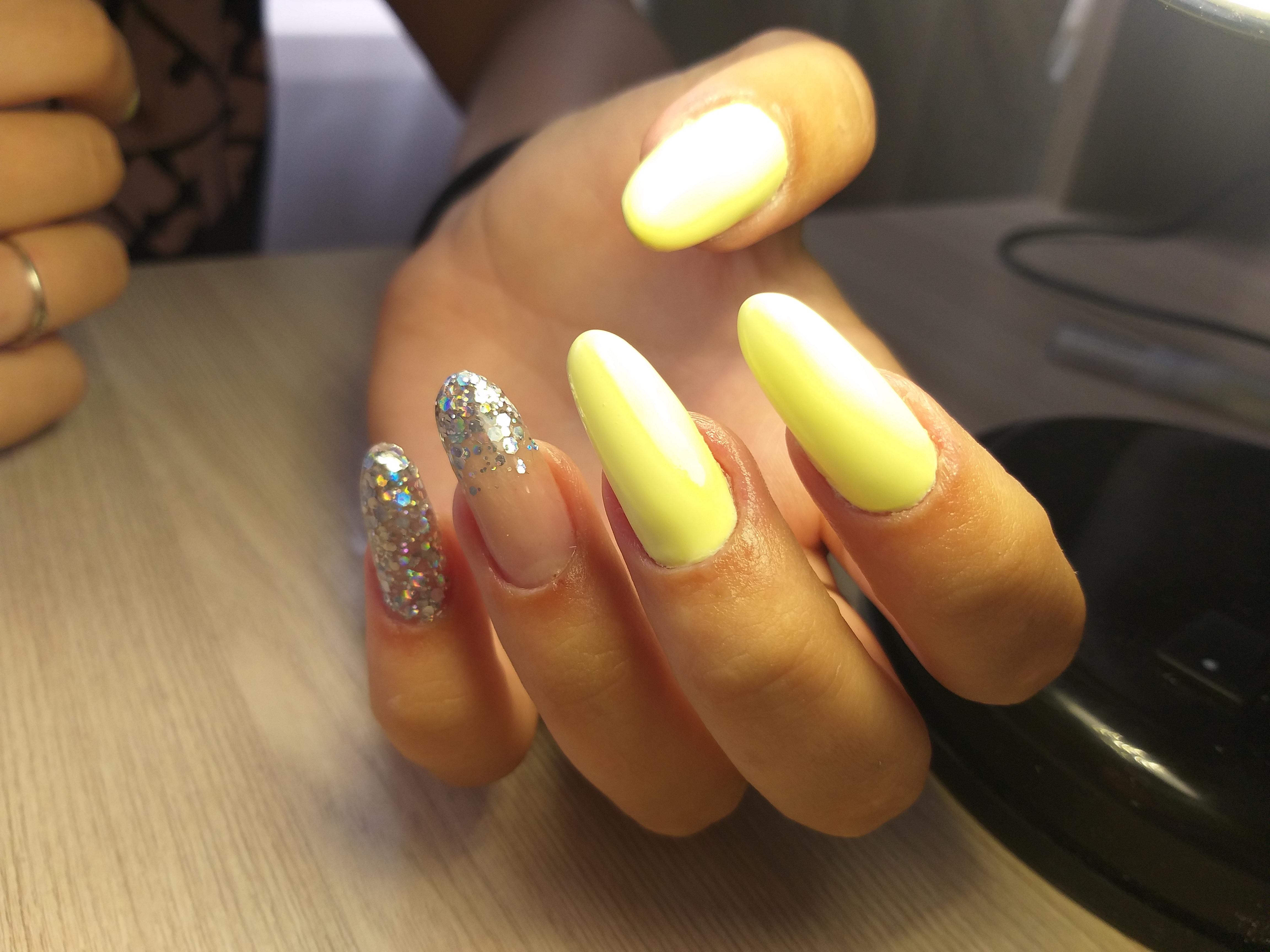 Маникюр с серебряными камифубуки в желтом цвете на длинные ногти.