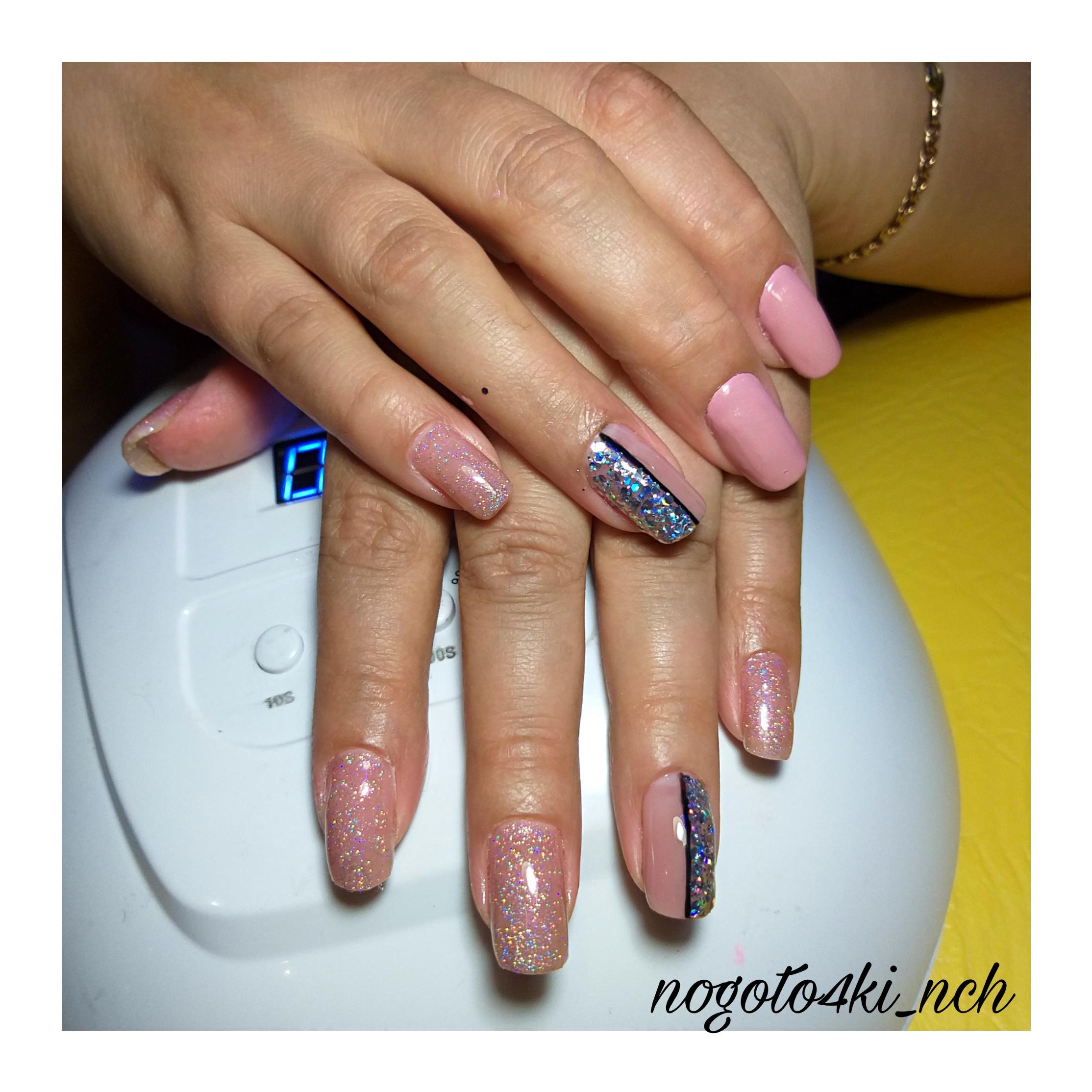 Маникюр с блестками и камифубуки в розовом цвете на короткие ногти.