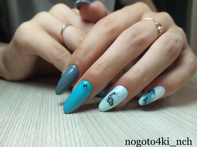 Маникюр с морским дизайном и слайдерами в голубом цвете на длинные ногти.