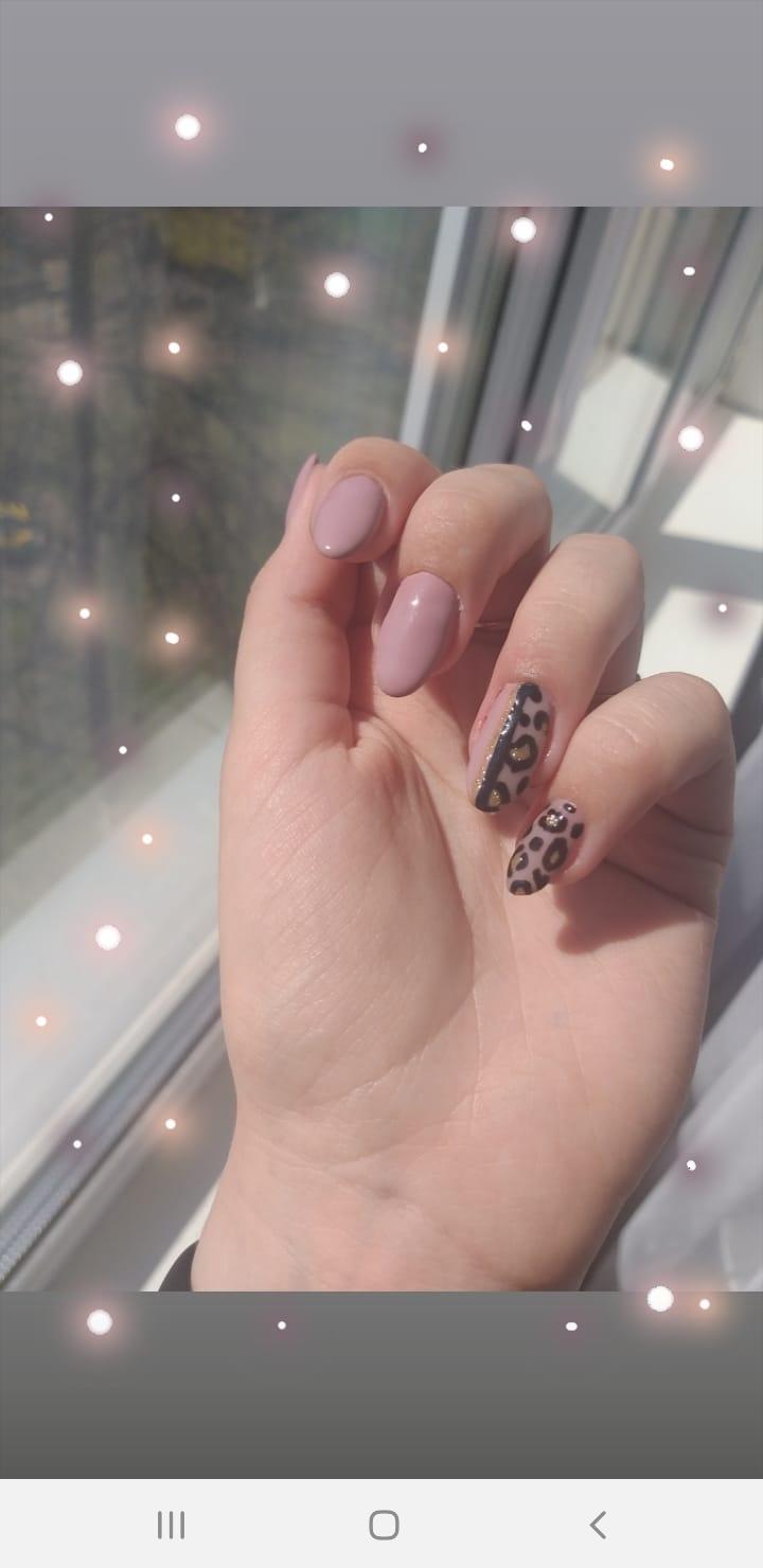 Маникюр с леопардовым принтом в розовом цвете на длинные ногти.