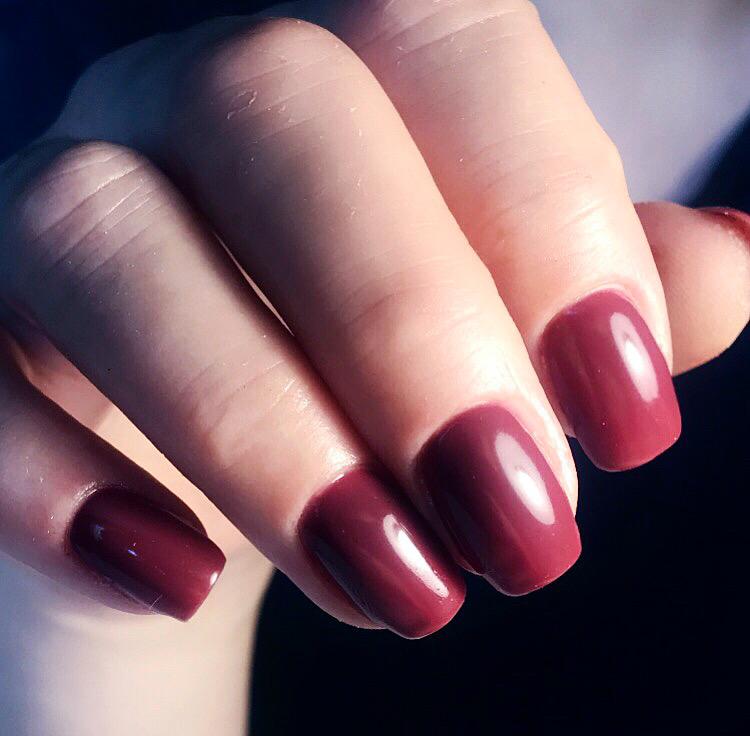 Маникюр в бордовом цвете на короткие ногти.