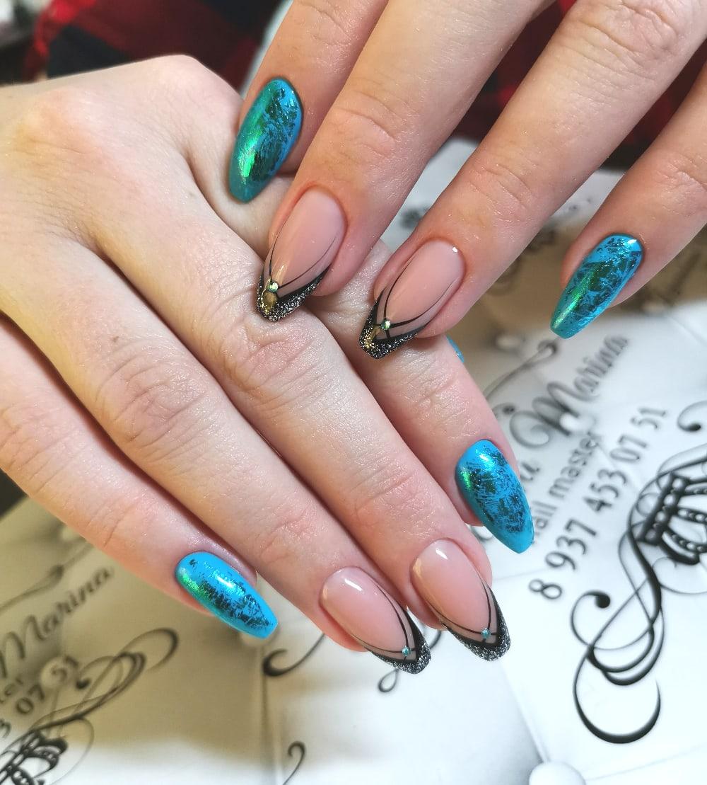 Оригинальный френч с голубым дизайном, цветной фольгой и стразами.