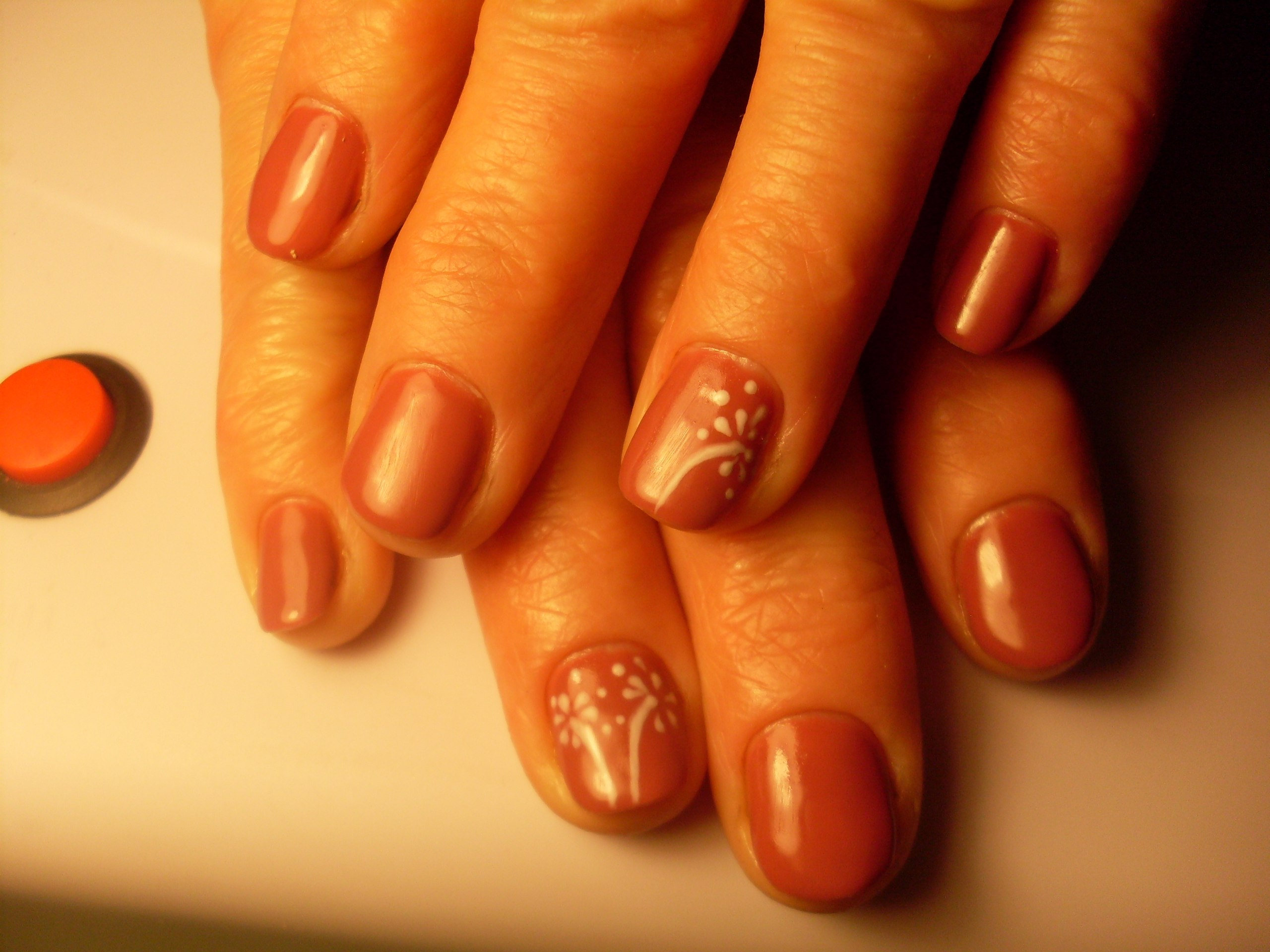 Маникюр с рисунком в коричневом цвете на короткие ногти.
