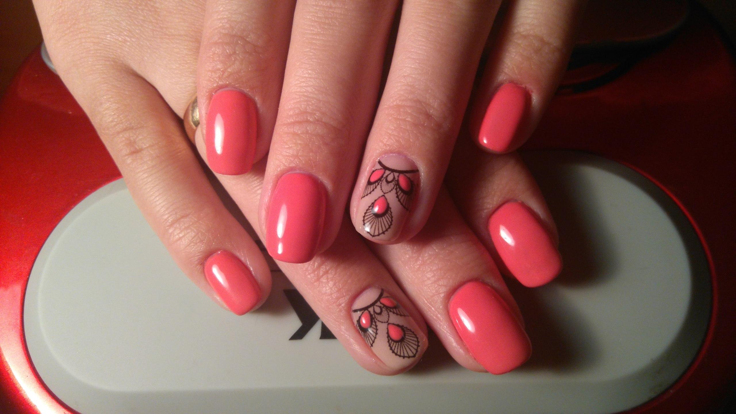 Маникюр с этническим рисунком в розовом цвете короткие ногти.