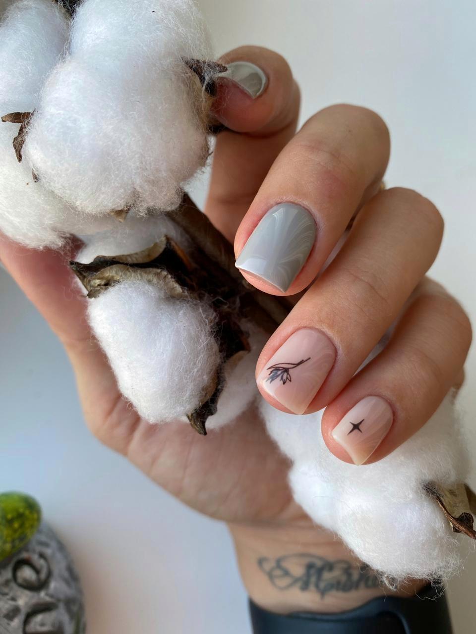 Маникюр с растительными слайдерами в сером цвете на короткие ногти.