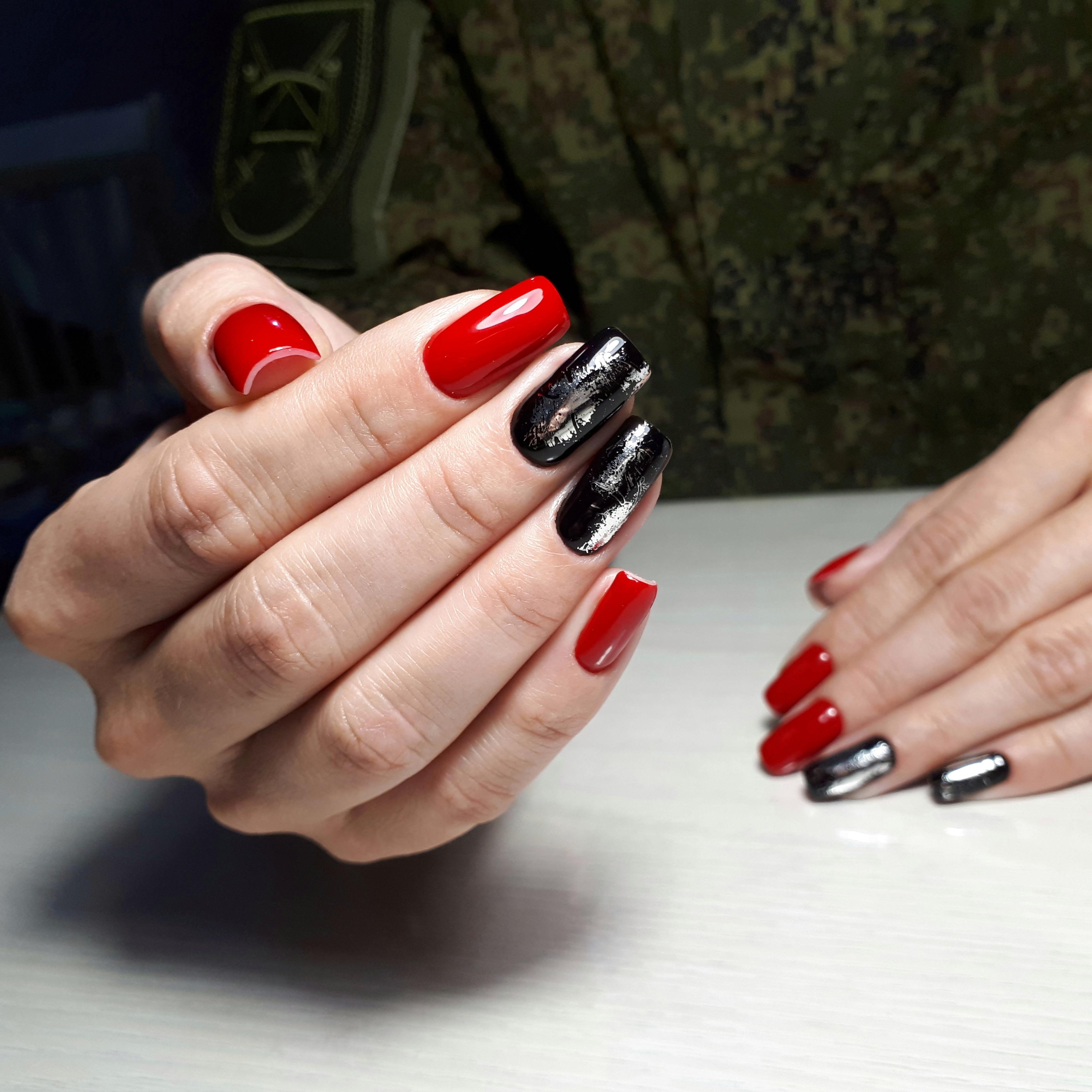 Контрастный маникюр с серебряной фольгой на длинные ногти.