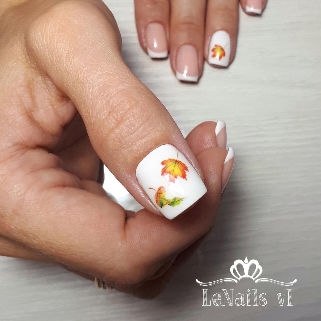 Осенний френч с кленовыми листьями на короткие ногти.