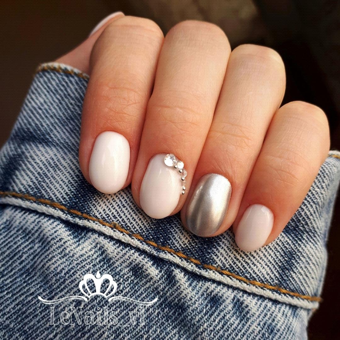 Маникюр с серебряной втиркой и стразами в молочном цвете на короткие ногти.