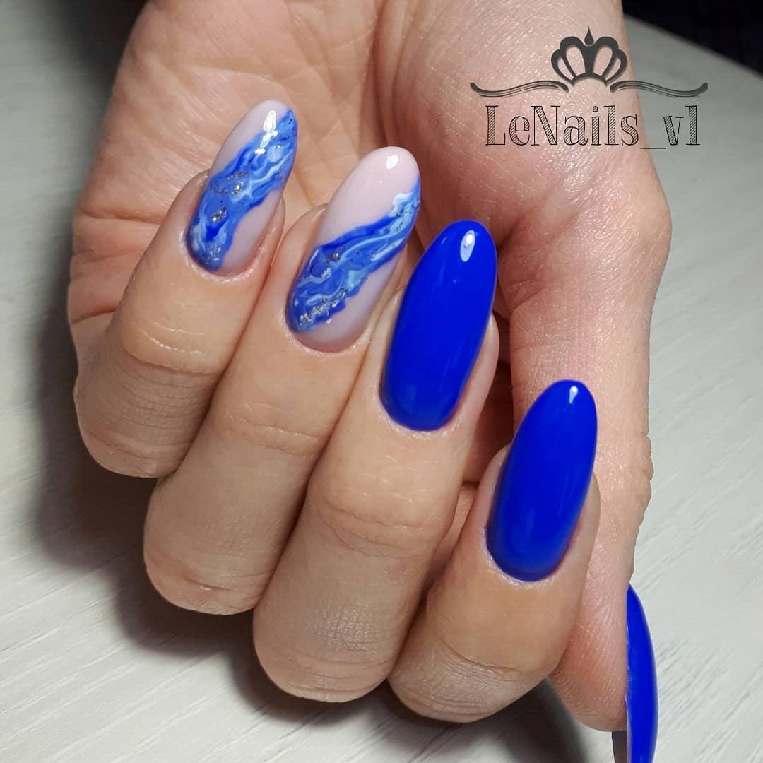 Маникюр с морским дизайном в синем цвете на длинные ногти.
