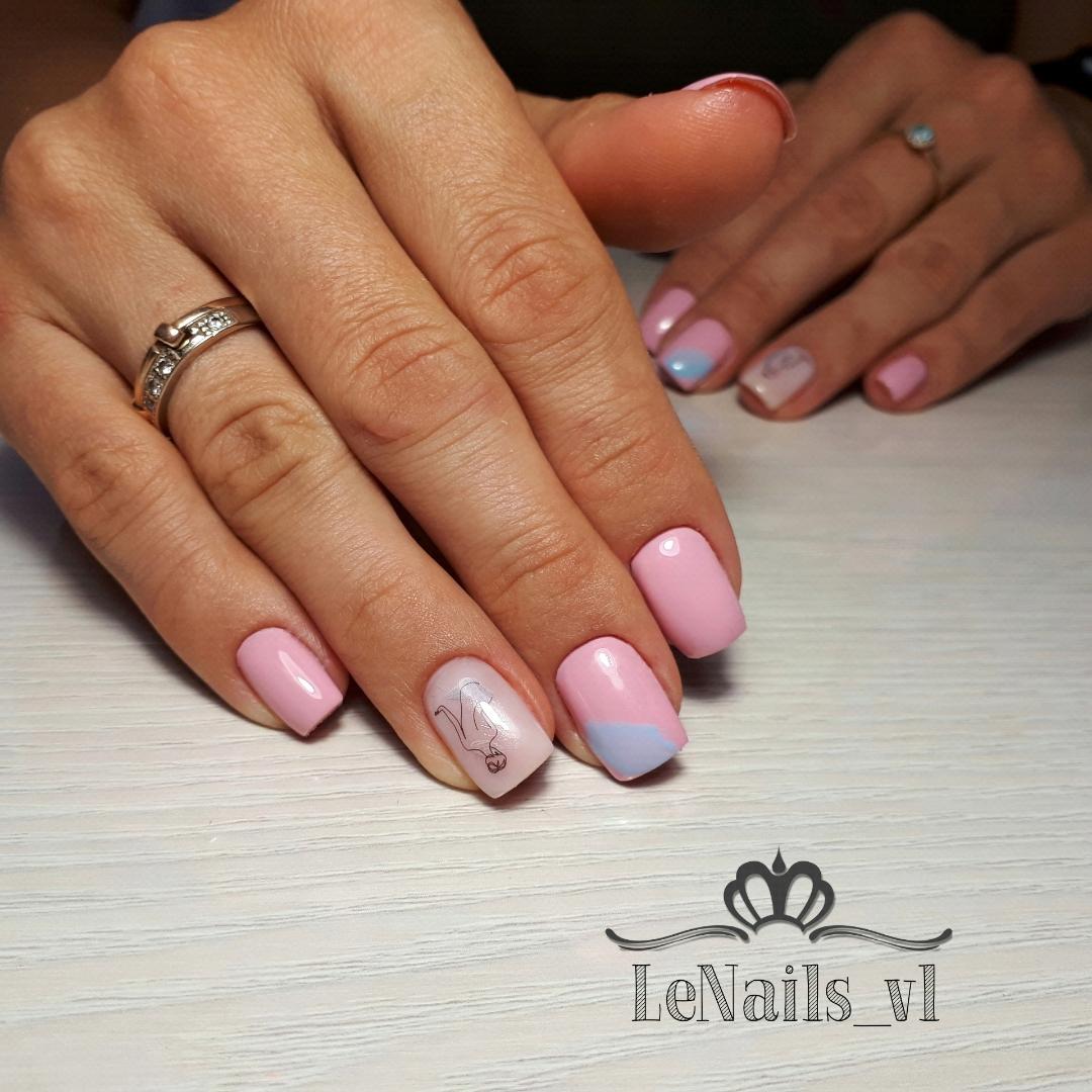 Маникюр со слайдерами в розовом цвете на короткие ногти.