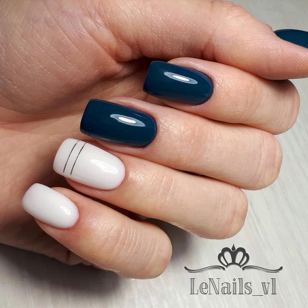Маникюр с полосками в темно-синем цвете на длинные ногти.