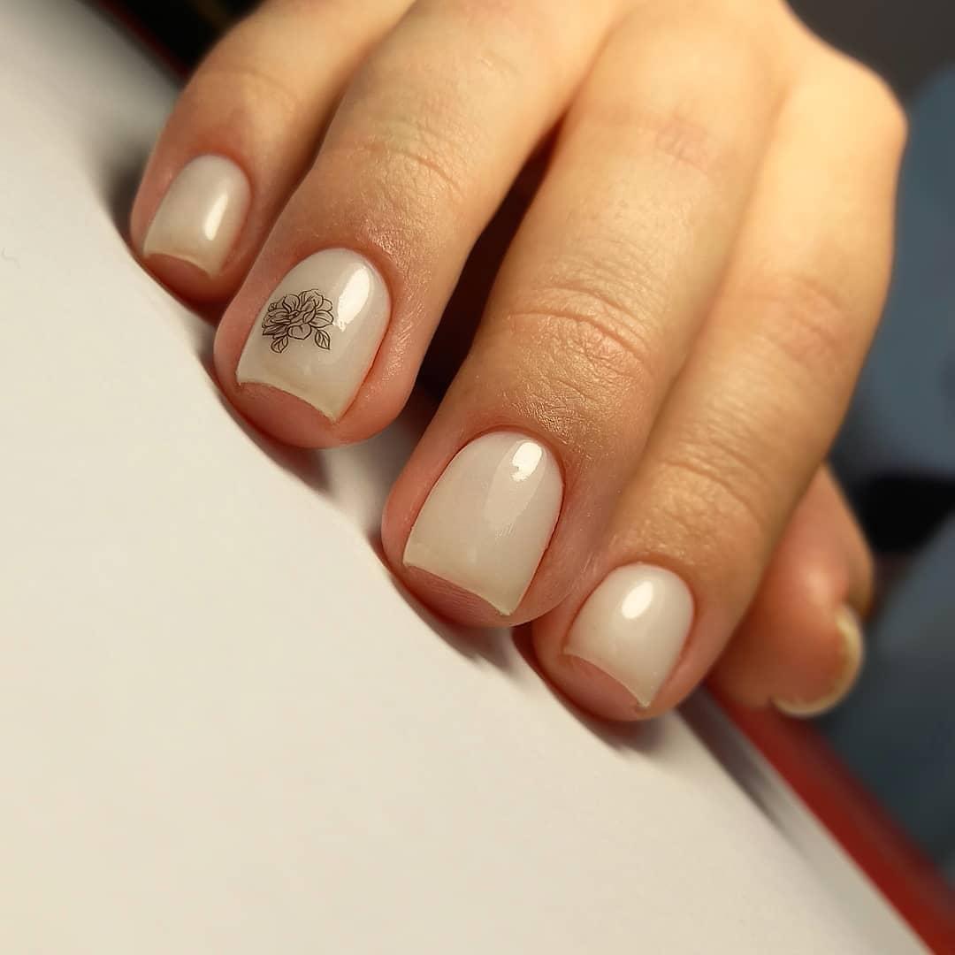 Марикюр с цветочным слайдером в молочном цвете на короткие ногти.