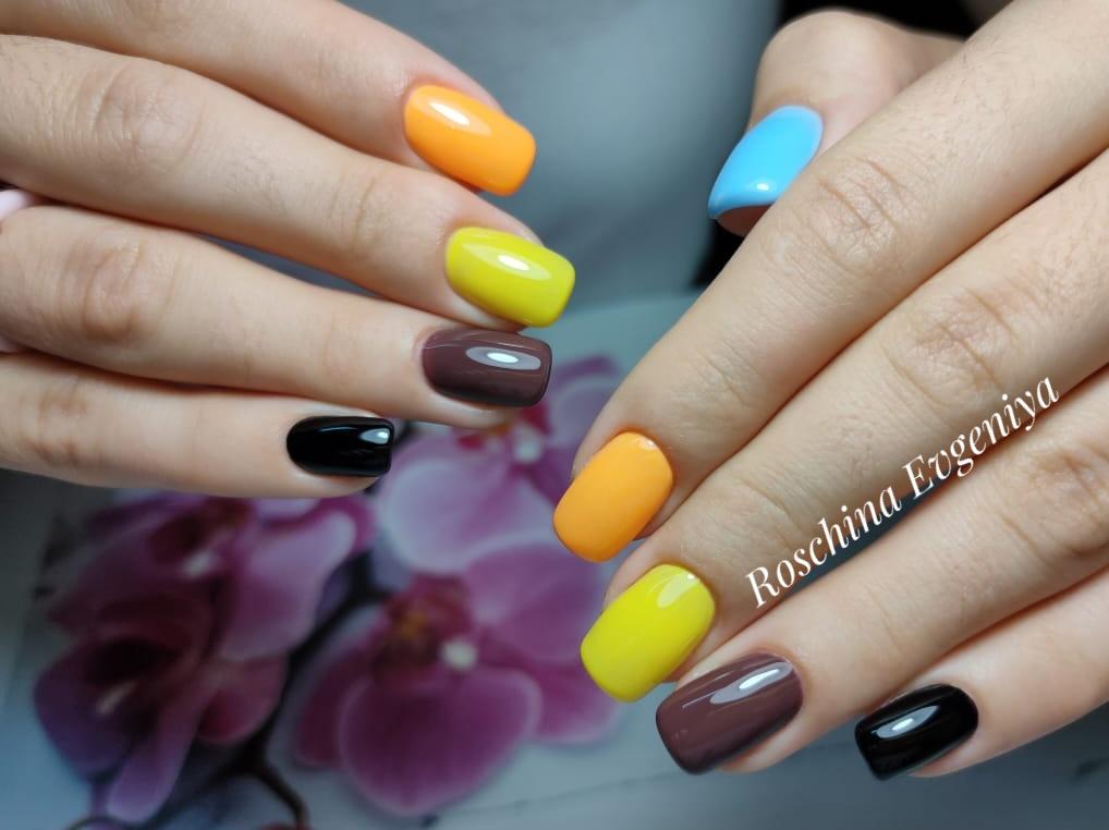 Разноцветный однотонный маникюр на короткие ногти.
