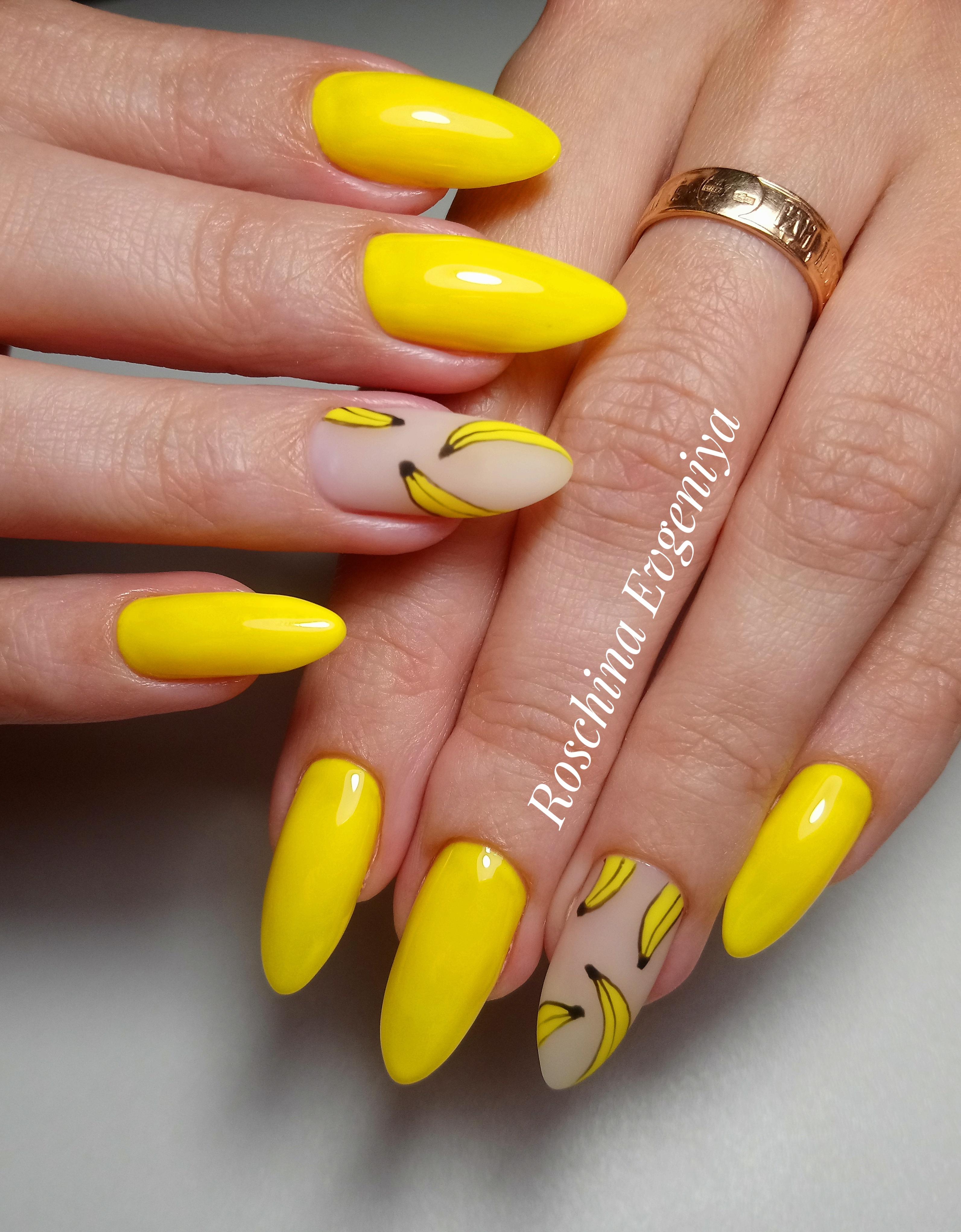 Маникюр с бананом в желтом цвете на длинные ногти.
