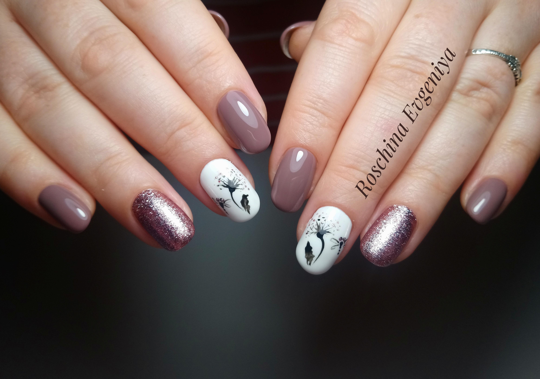 Маникюр с одуванчиками и блестками в пастельных тонах на короткие ногти.