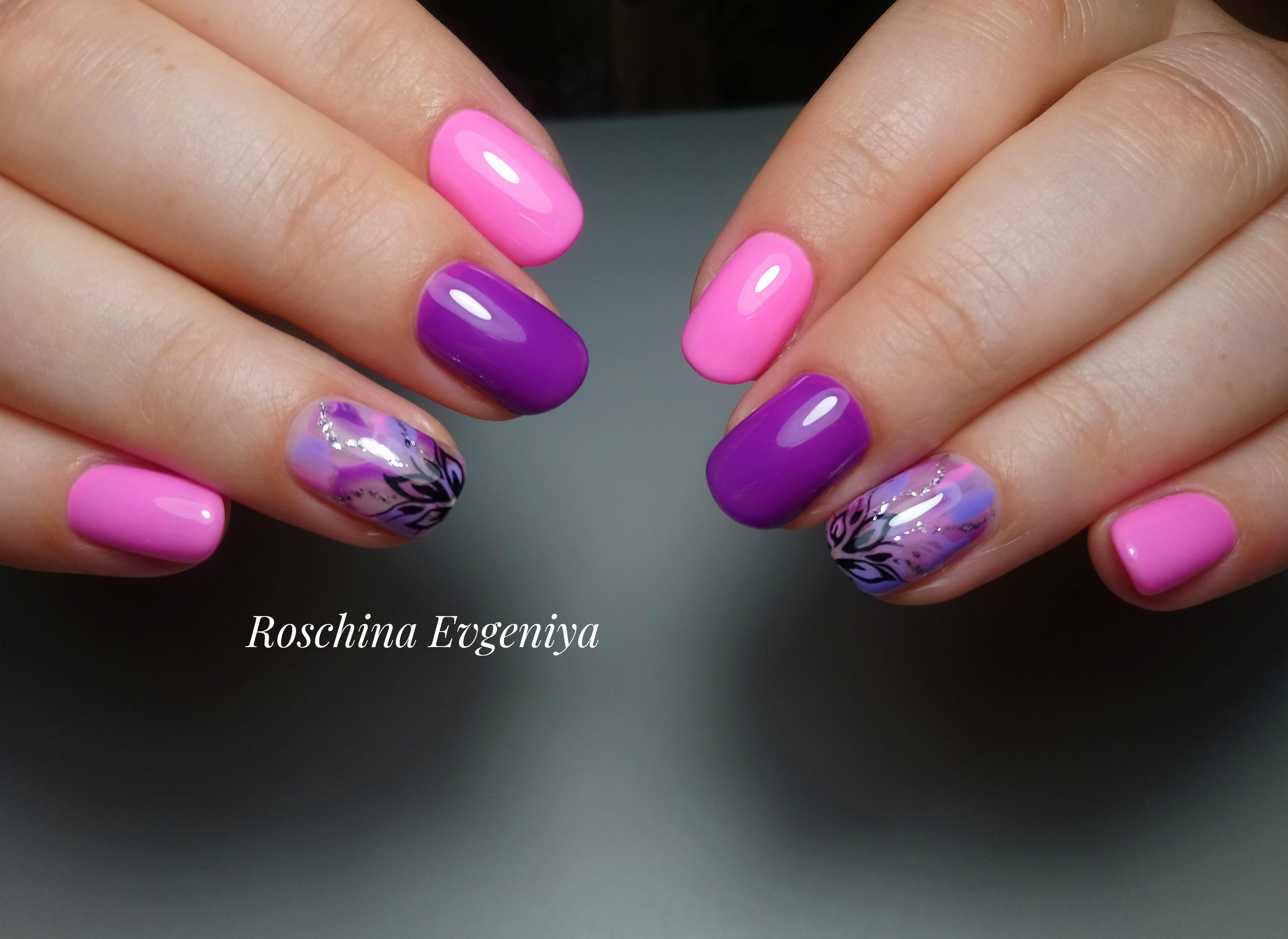 Маникюр с цветочным рисунком на короткие ногти.