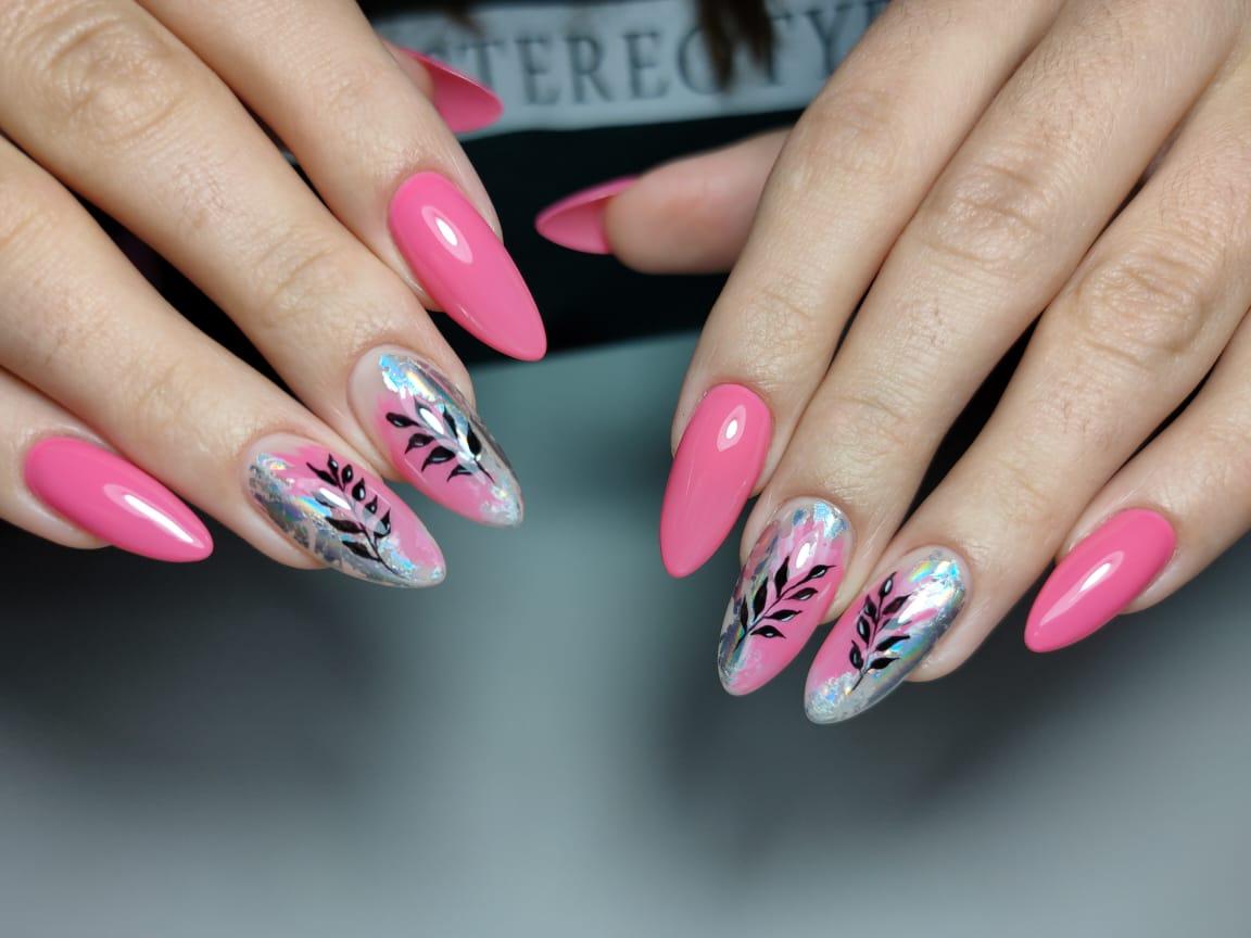 Маникюр с растительными слайдерами в лиловом цвете на длинные ногти.
