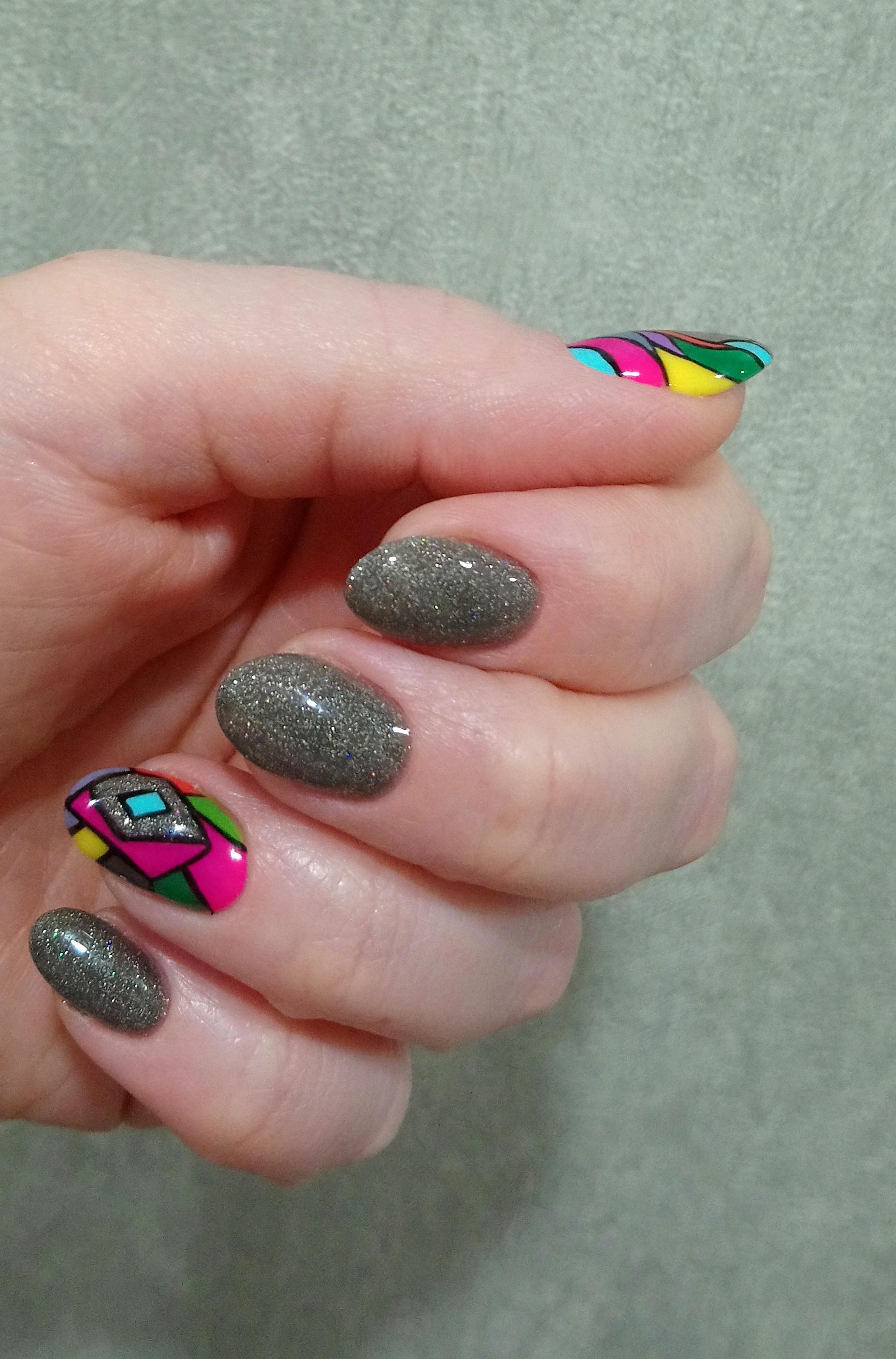 Серебряный маникюр с цветным абстрактным рисунком на короткие ногти.