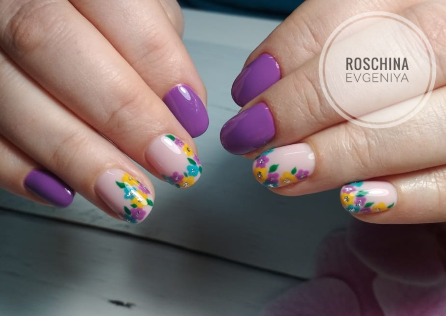 Маникюр с цветочным рисунком в фиолетовом цвете на короткие ногти.