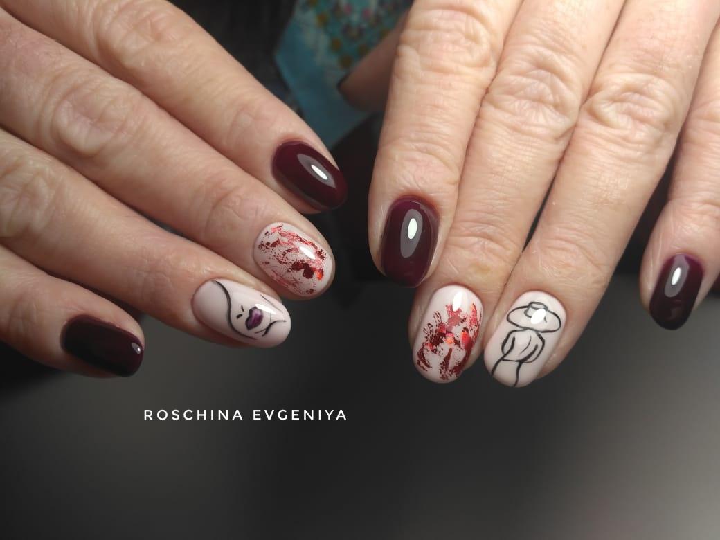 Маникюр с цветной фольгой и рисунками в темно-красном цвете на короткие ногти.
