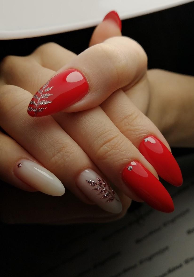 Маникюр с растительным рисунком и серебряными блестками в красном цвете на длинные ногти.