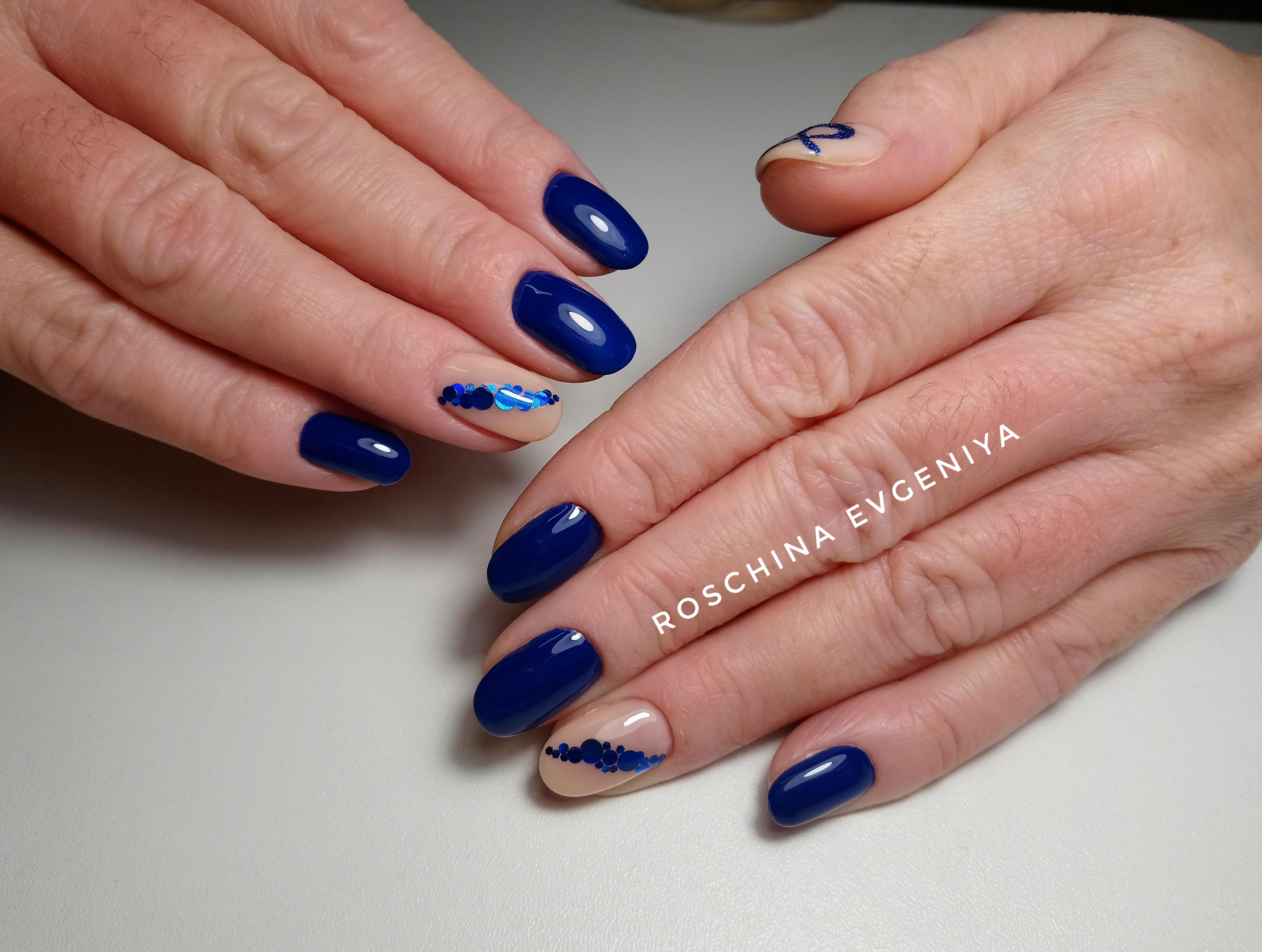 Маникюр с цветной фольгой в синем цвете.