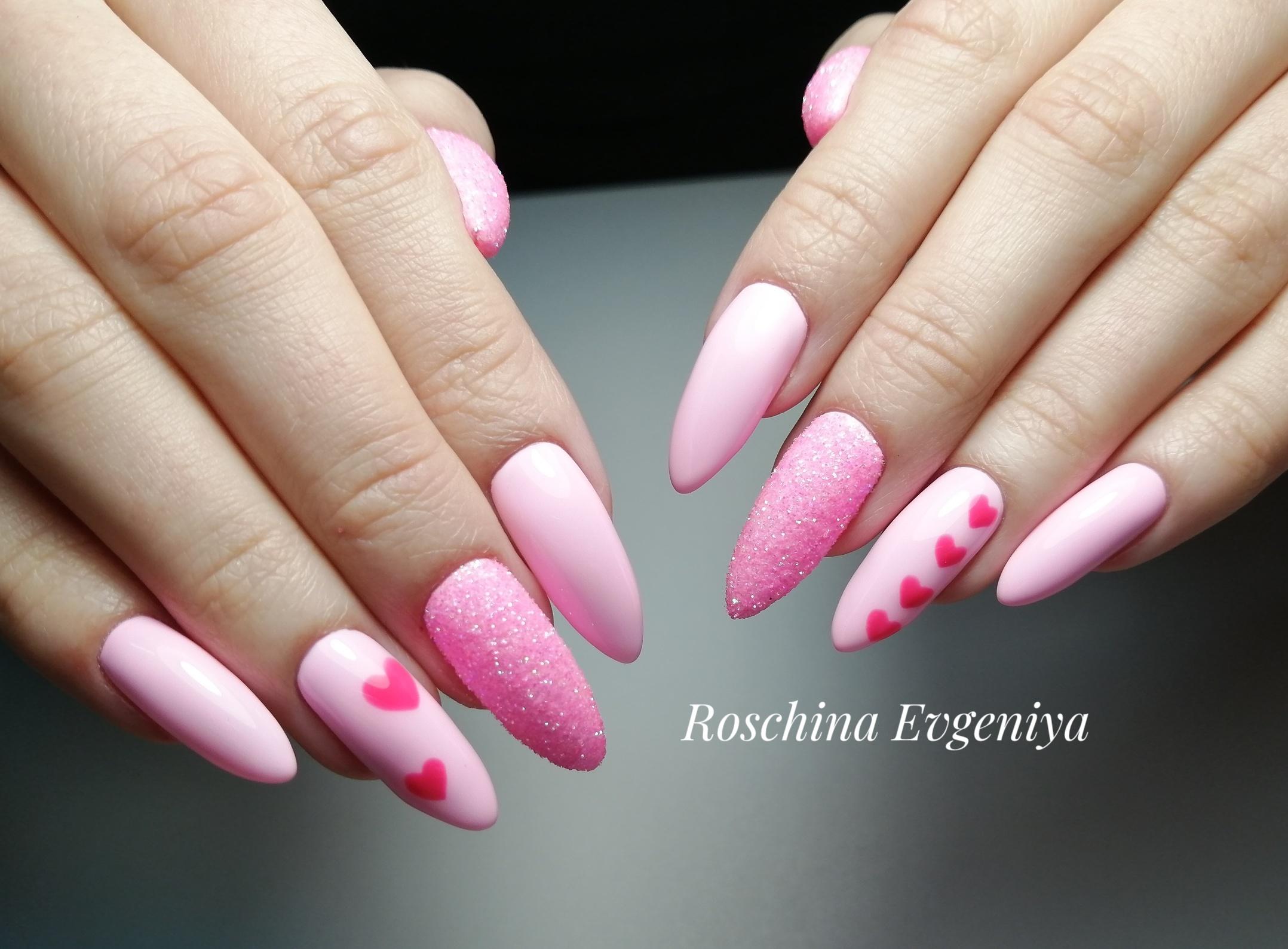 Маникюр с песочным дизайном и сердечками в розовом цвете на длинные ногти.